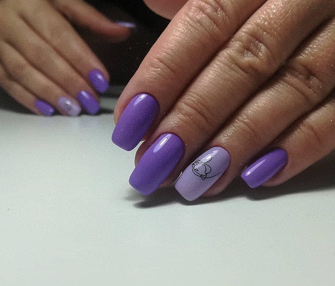 Маникюр со слайдерами в фиолетовом цвете на длинные ногти.