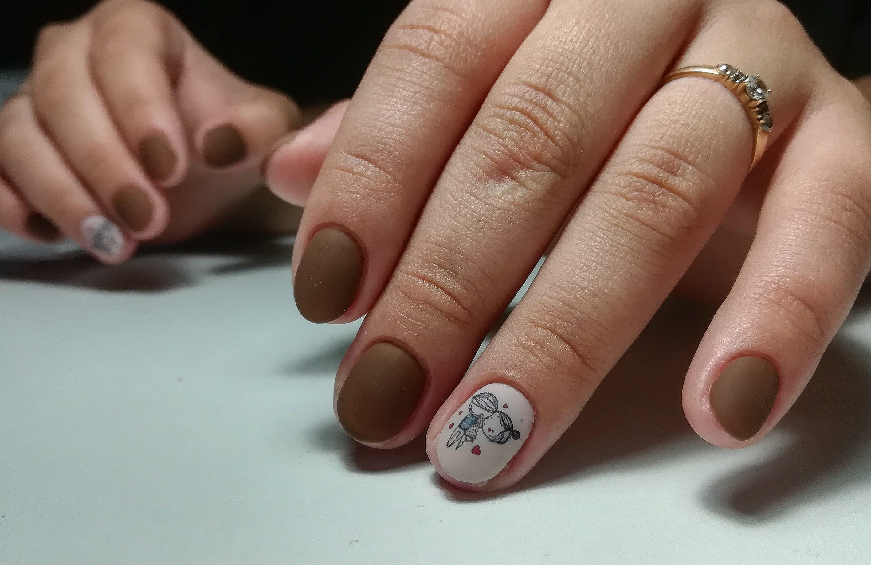 Матовый маникюр со слайдерами в коричневом цвете на короткие ногти.