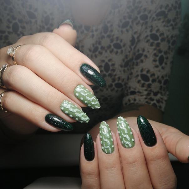 Маникюр с вязаным дизайном в темно-зеленом цвете.