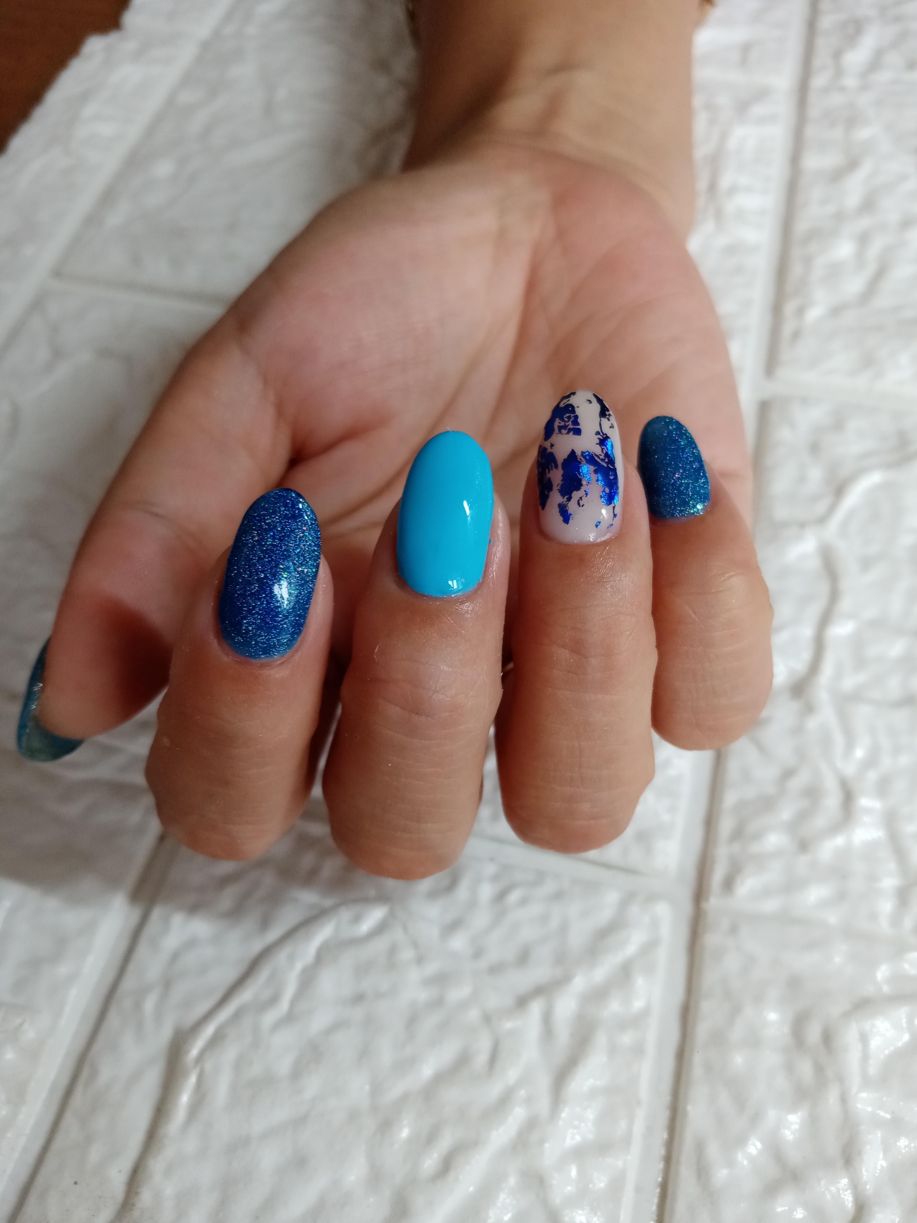 Маникюр с цветной фольгой и блестками в синем цвете на короткие ногти.