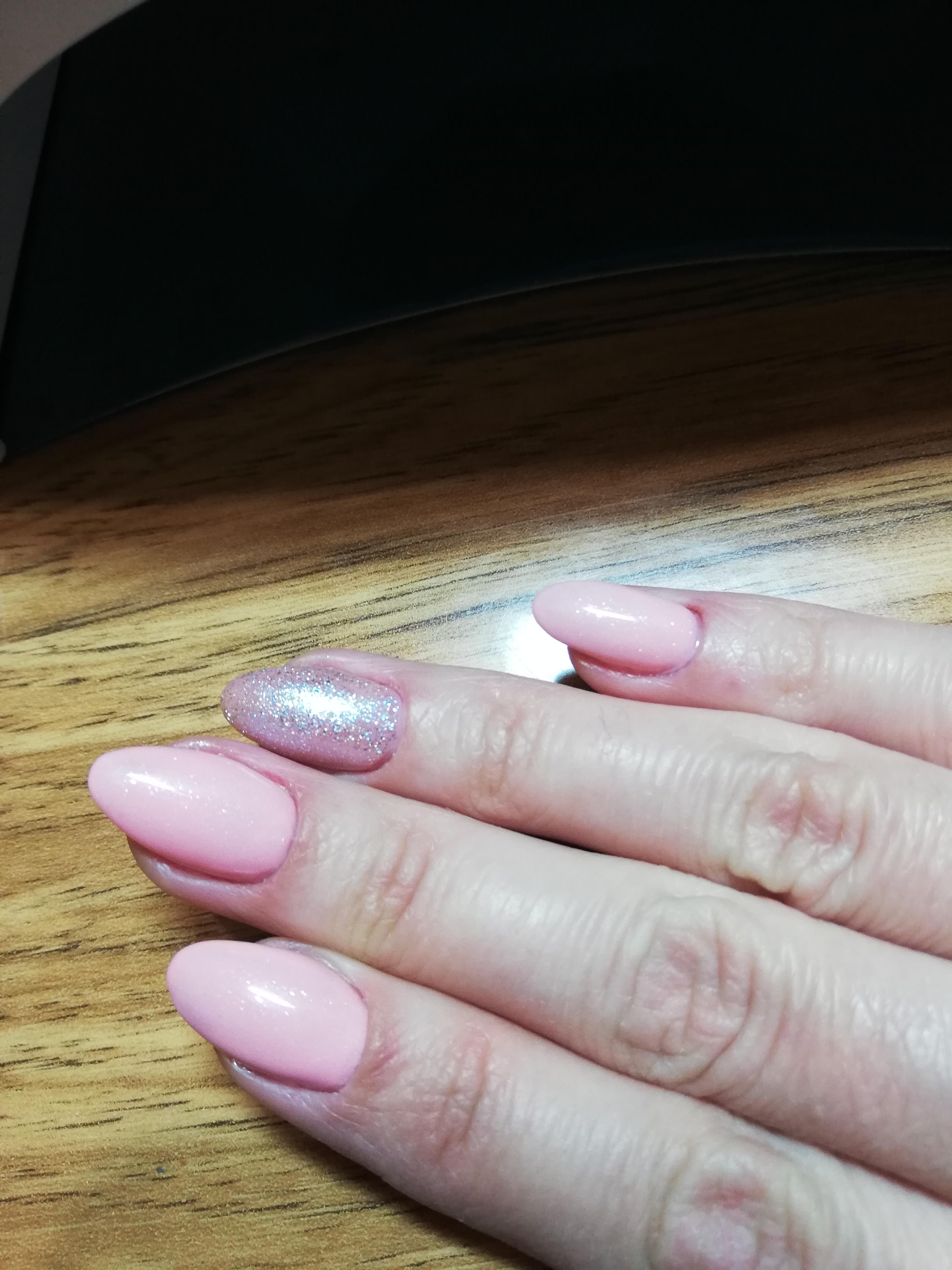 Маникюр с блестками в розовом цвете.
