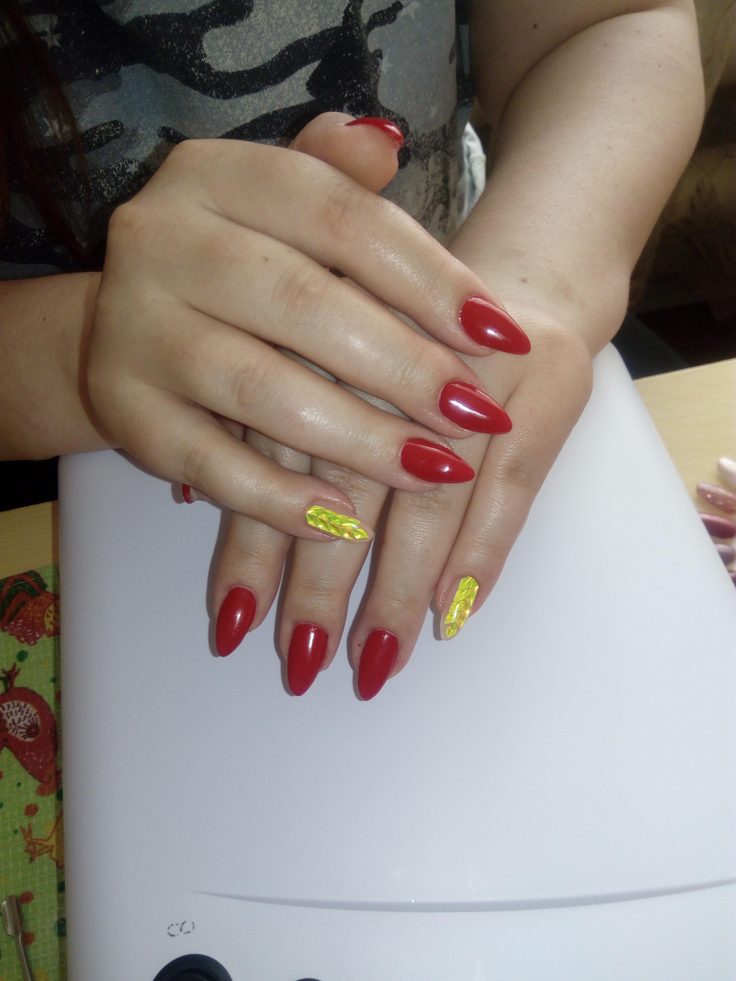 Маникюр с дизайном битое стекло в бордовом цвете.