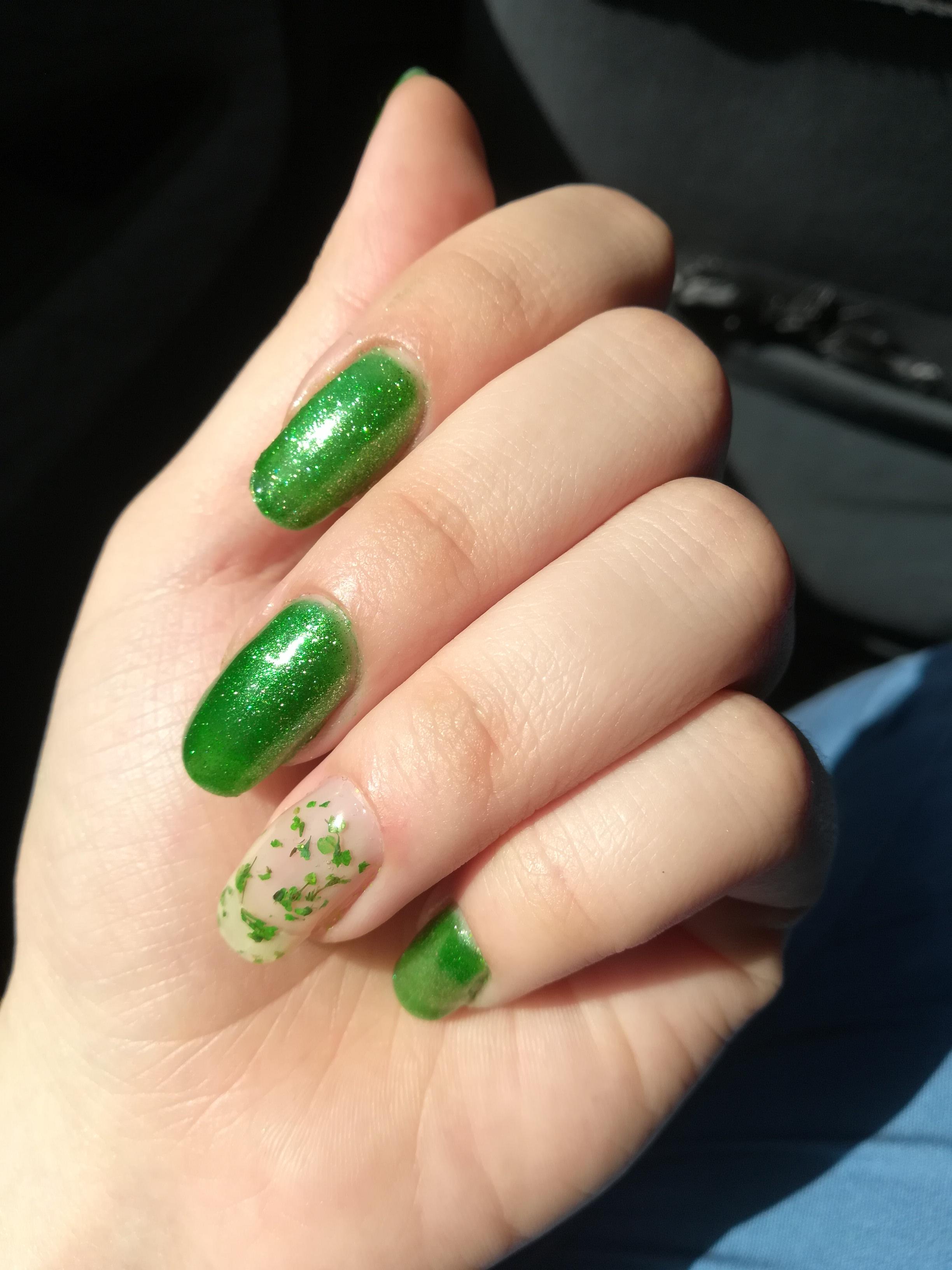Маникюр с блестками в зеленом цвете на длинные ногти.