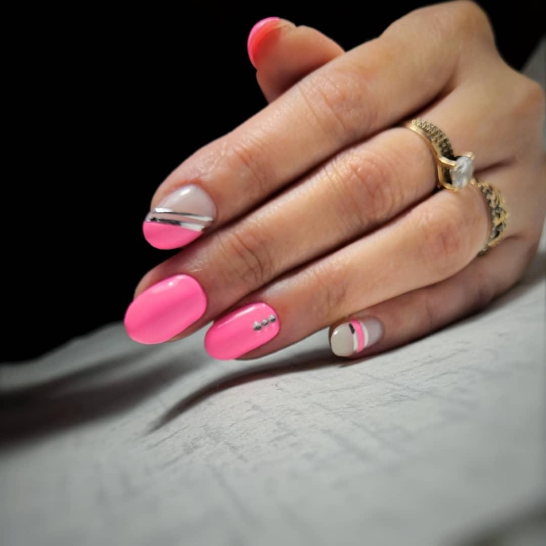 Маникюр с серебряными полосками в розовом цвете на короткие ногти.