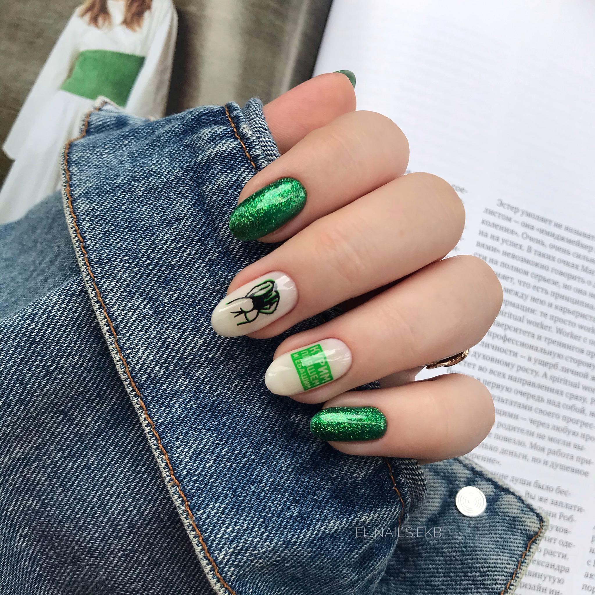 Маникюр с блестками и надписями в зеленом цвете на длинные ногти.