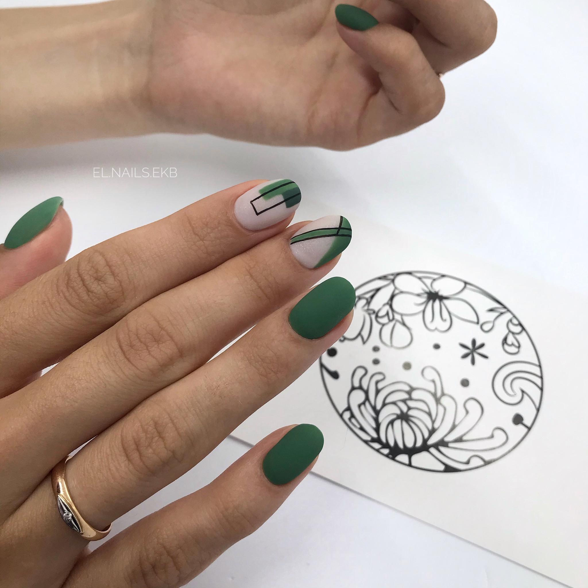 Геометрический матовый маникюр в зеленом цвете на короткие ногти.