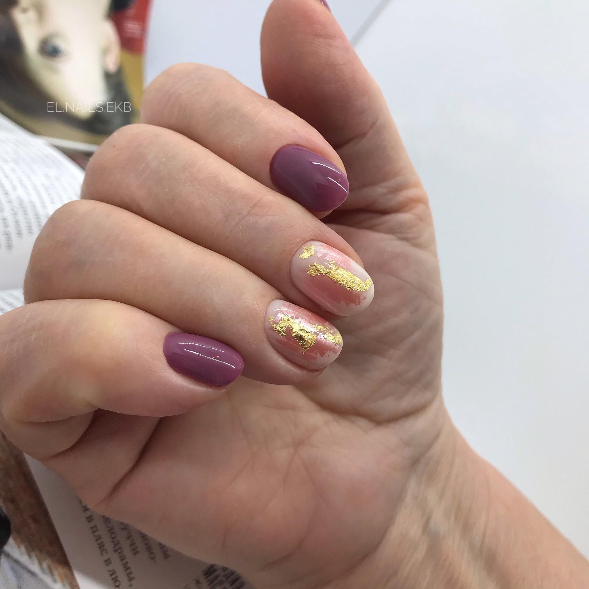 Маникюр с золотой фольгой в сиреневом цвете на короткие ногти.