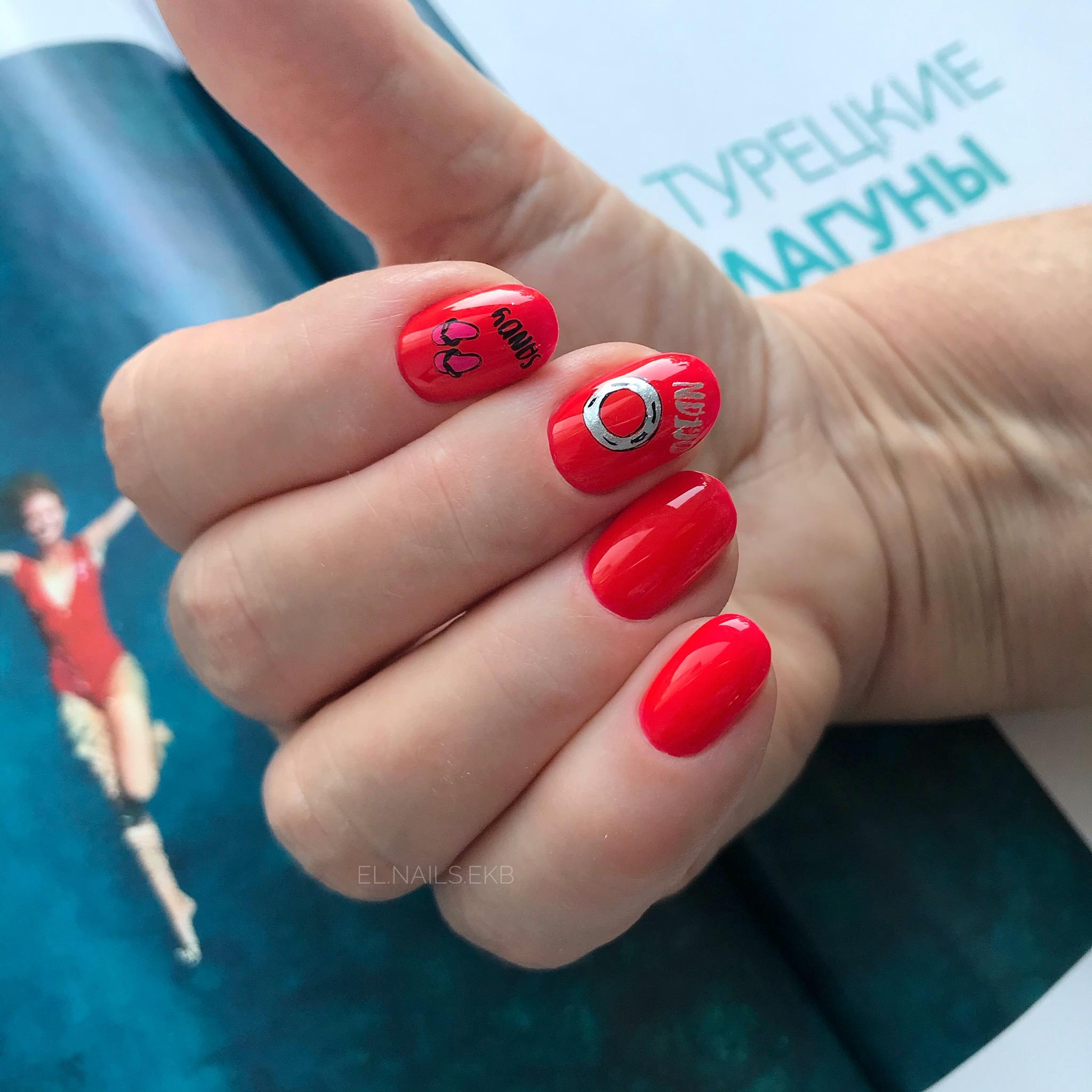 Маникюр со слайдерами и надписями в красном цвете на короткие ногти.