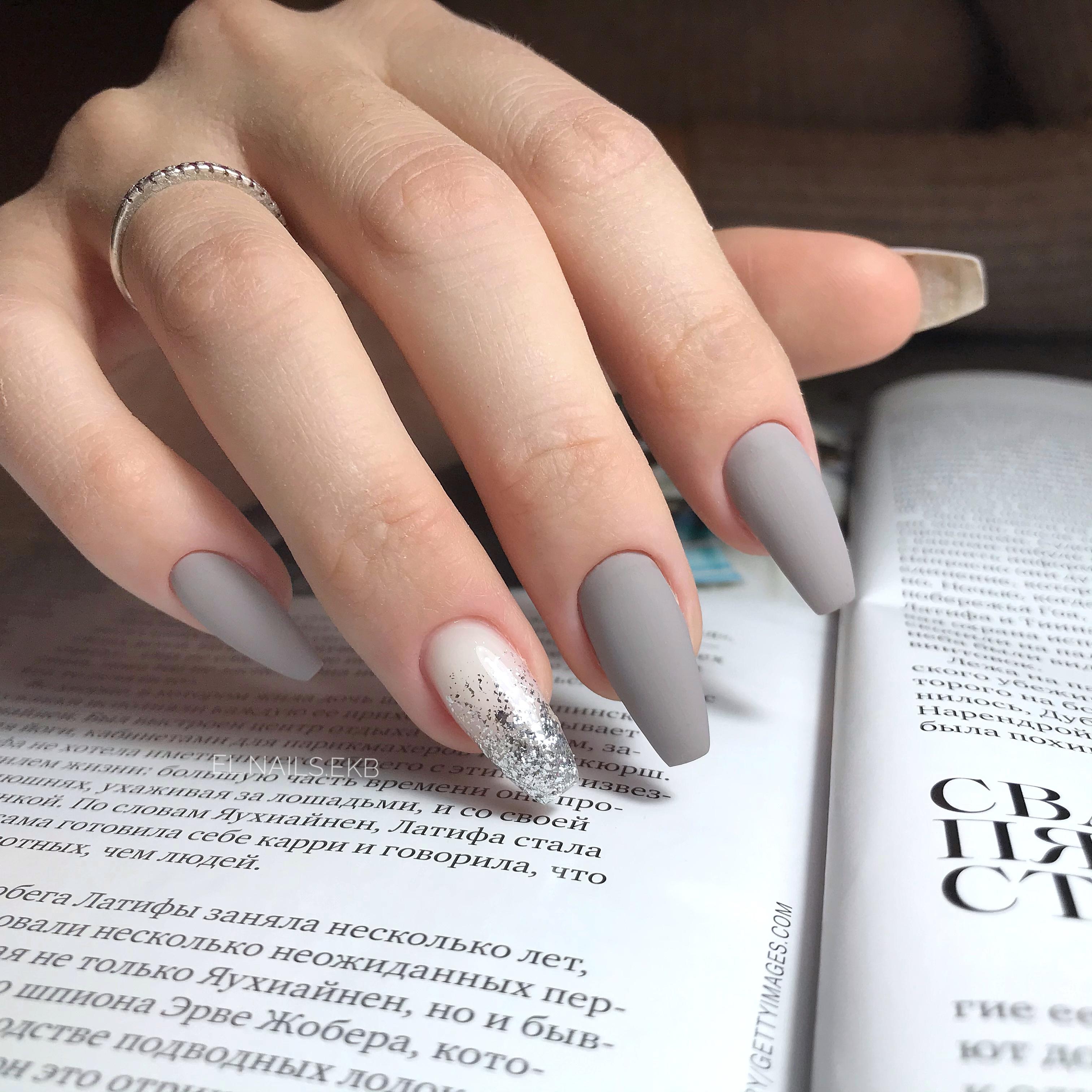 Матовый маникюр с серебряными блестками в сером цвете на длинные ногти.