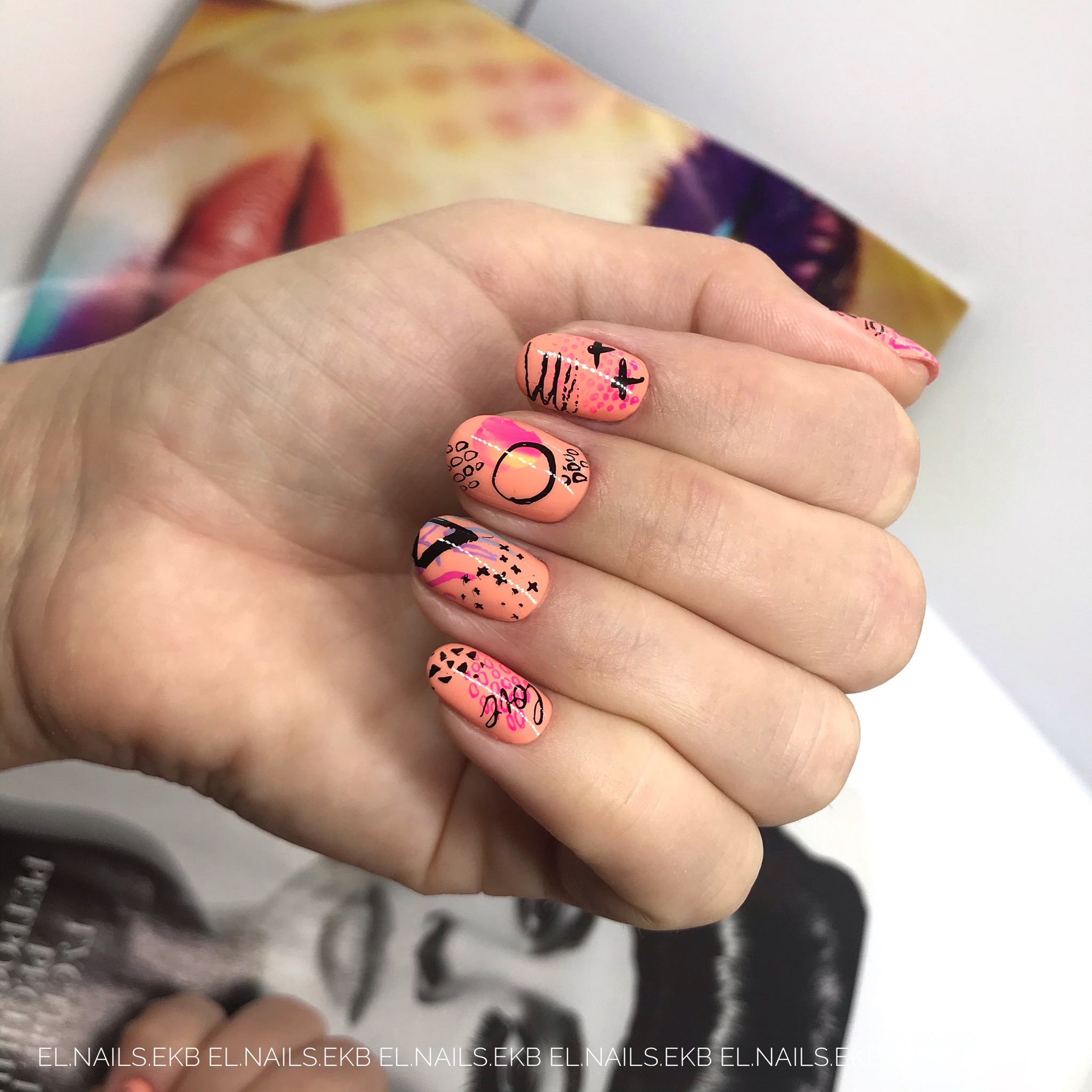 Маникюр с абстрактным рисунком на короткие ногти.