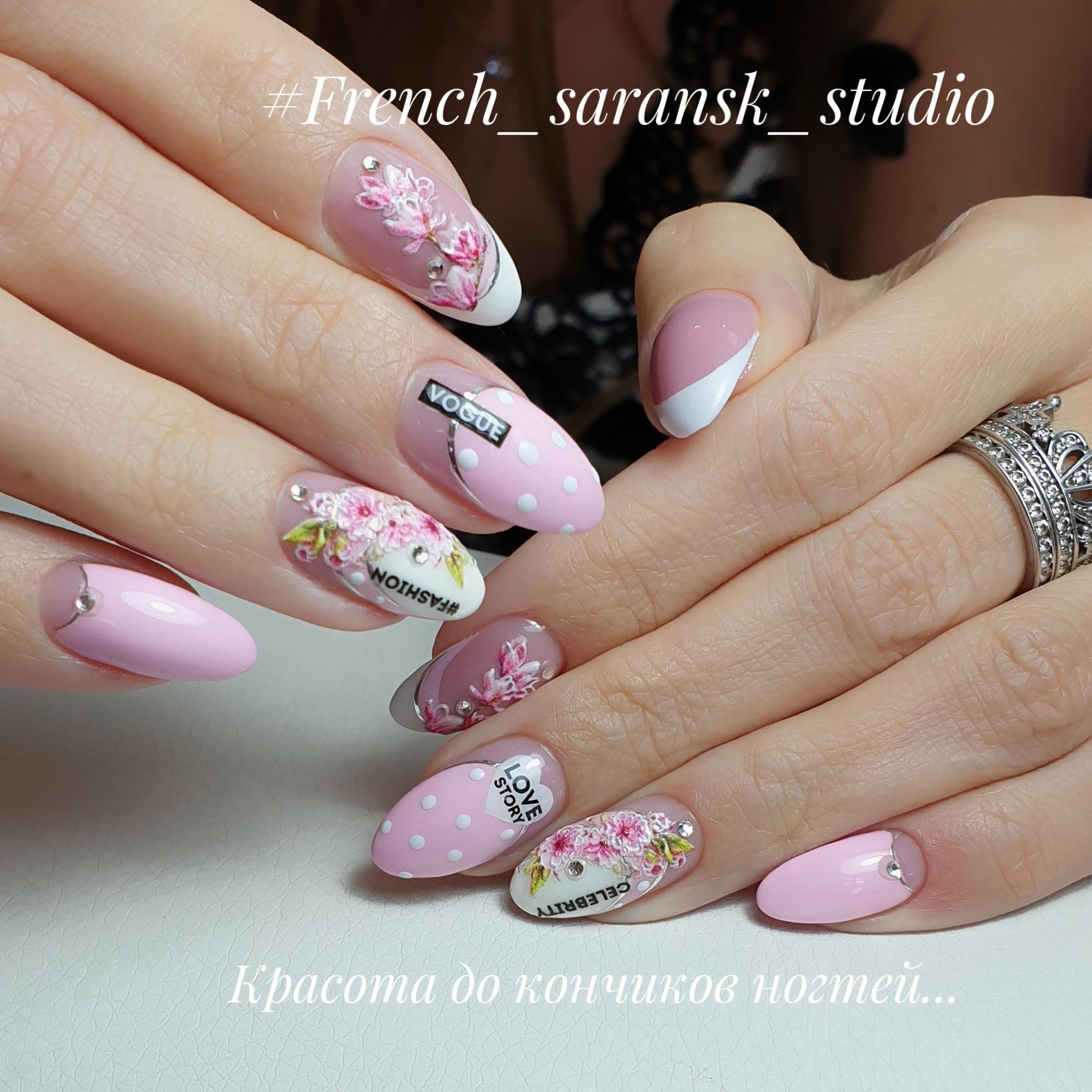 Маникюр с цветочным рисунком и надписями в розовом цвете.