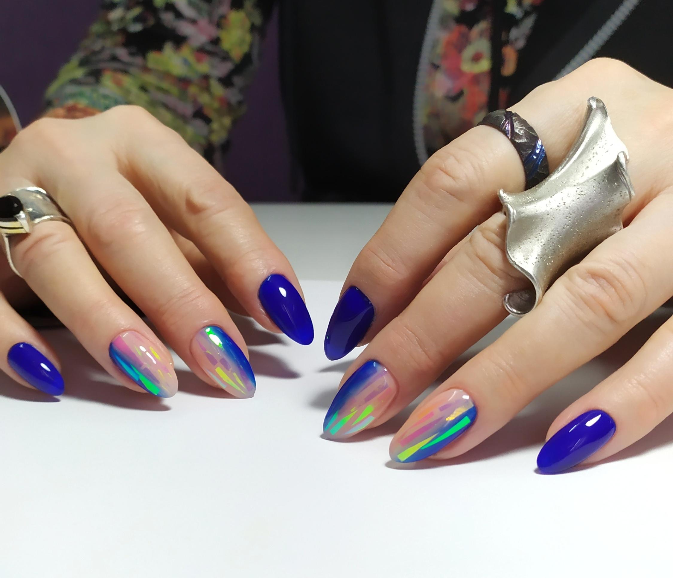 Маникюр с дизайном битое стекло в синем цвете.