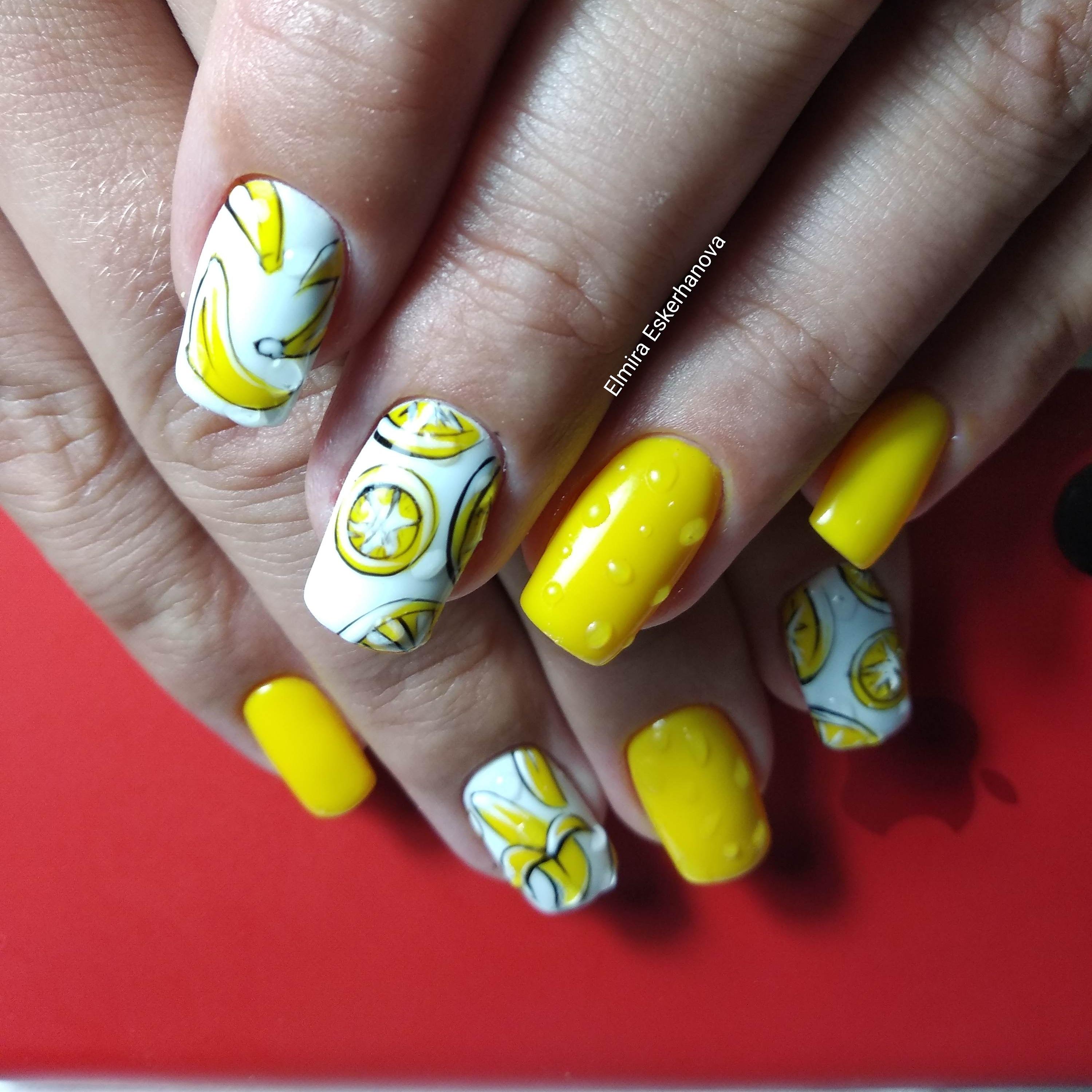 Маникюр с фруктовым рисунком в желтом цвете.