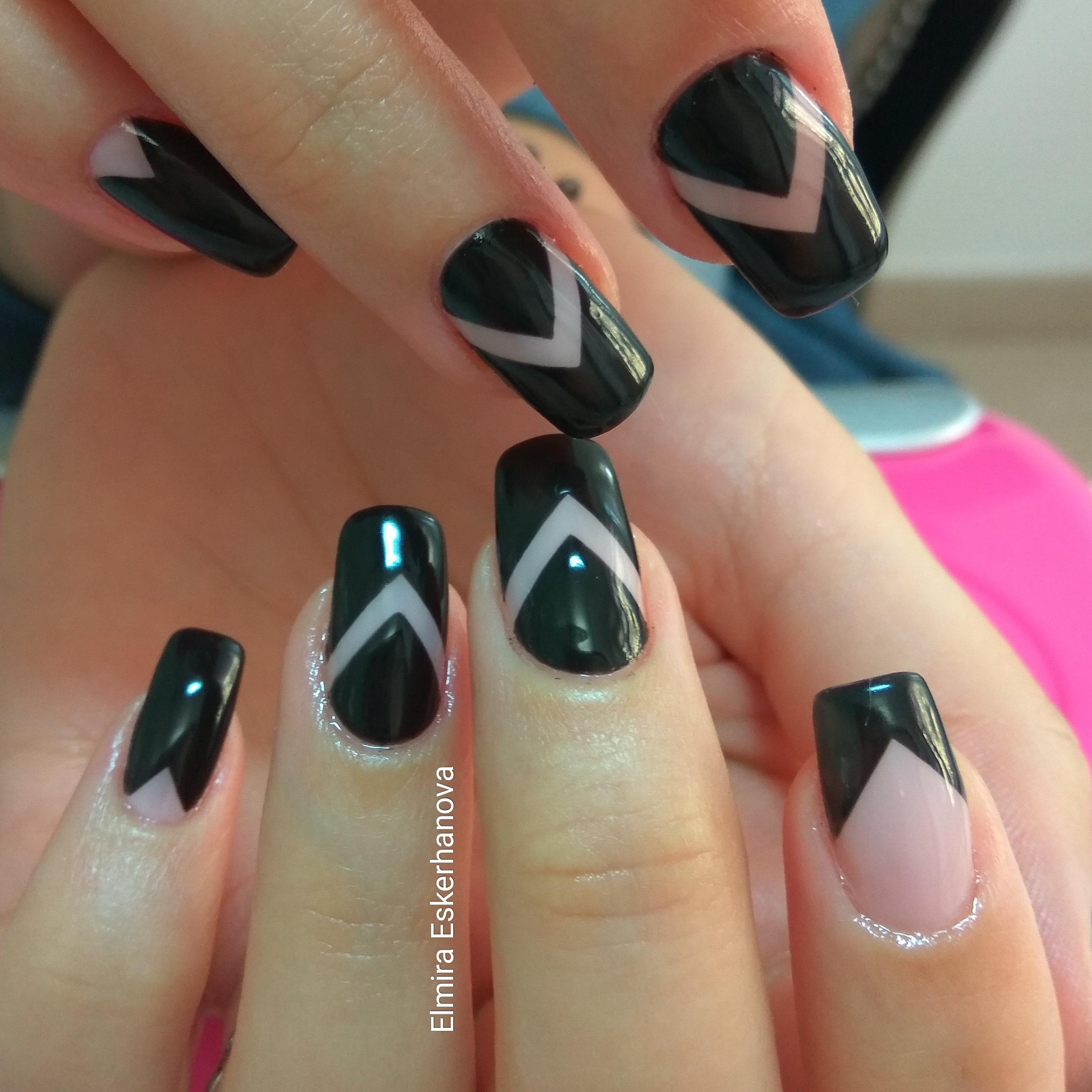 Геометрический маникюр в черном цвете.