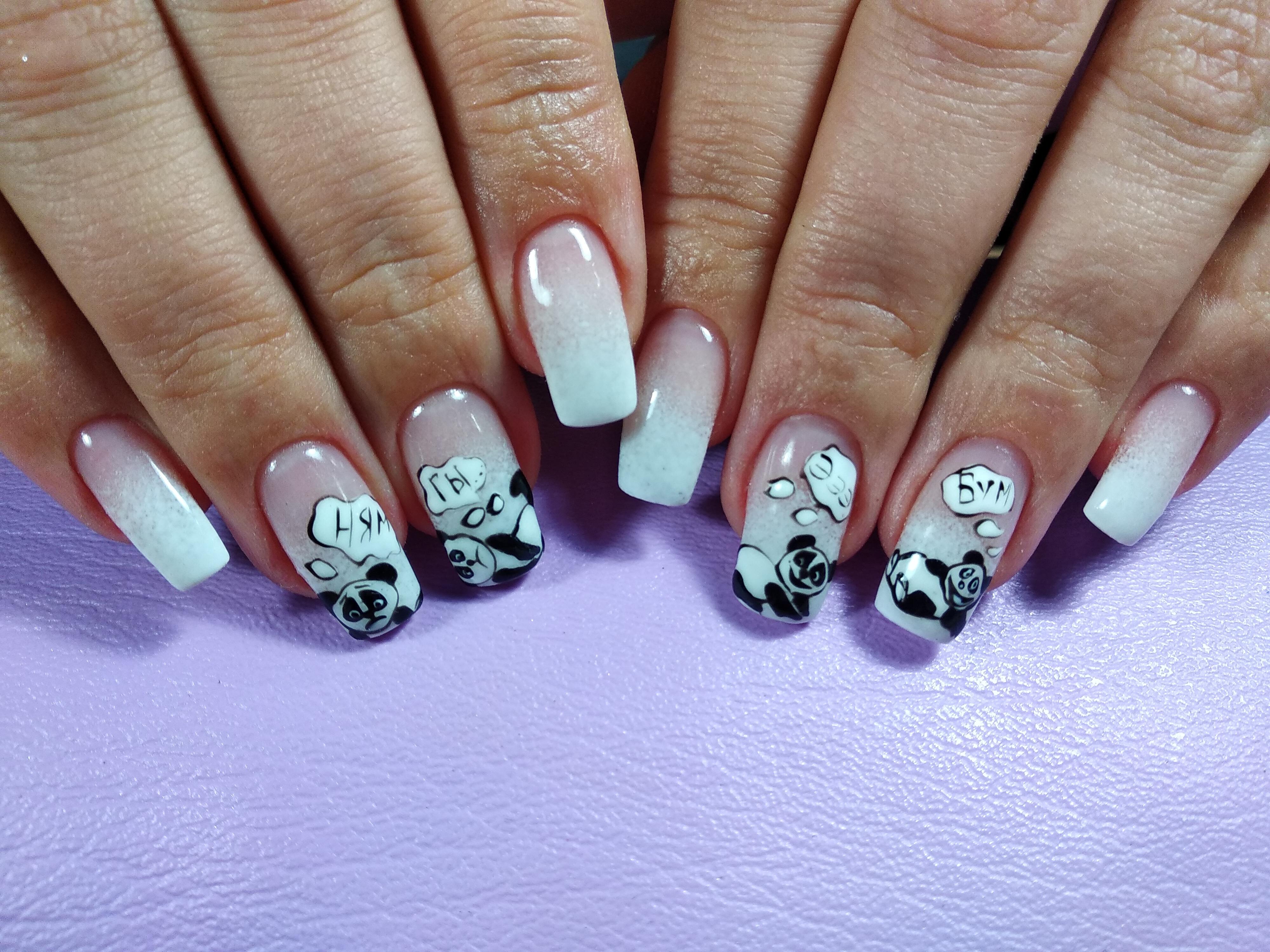 Нюдовый маникюр с пандами и градиентом.