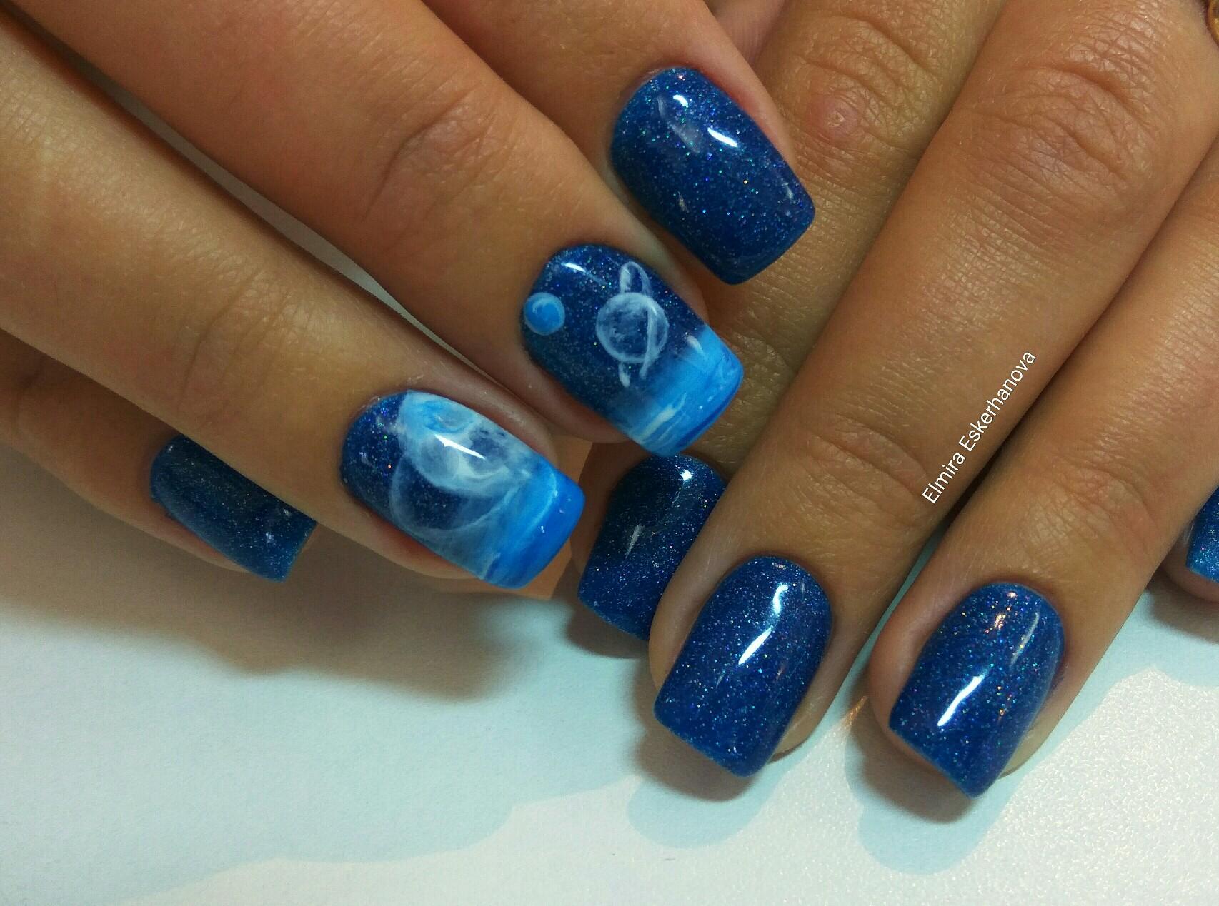 Космический маникюр с блестками и рисунком в синем цвете.
