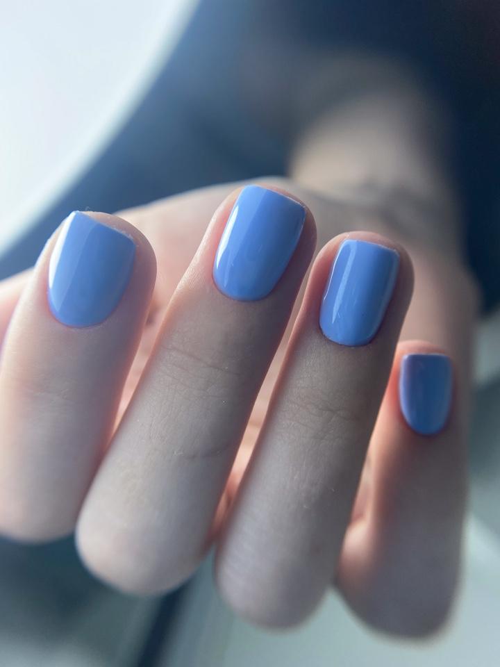 Маникюр для юной девушки, повседневный и однотонный в нежно голубом цвете.