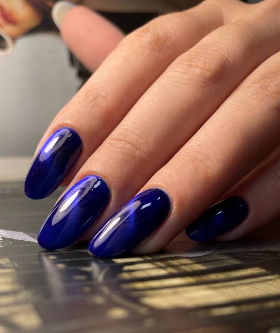 Маникюр для офиса, деловой, стильный, яркий глубокий синий
