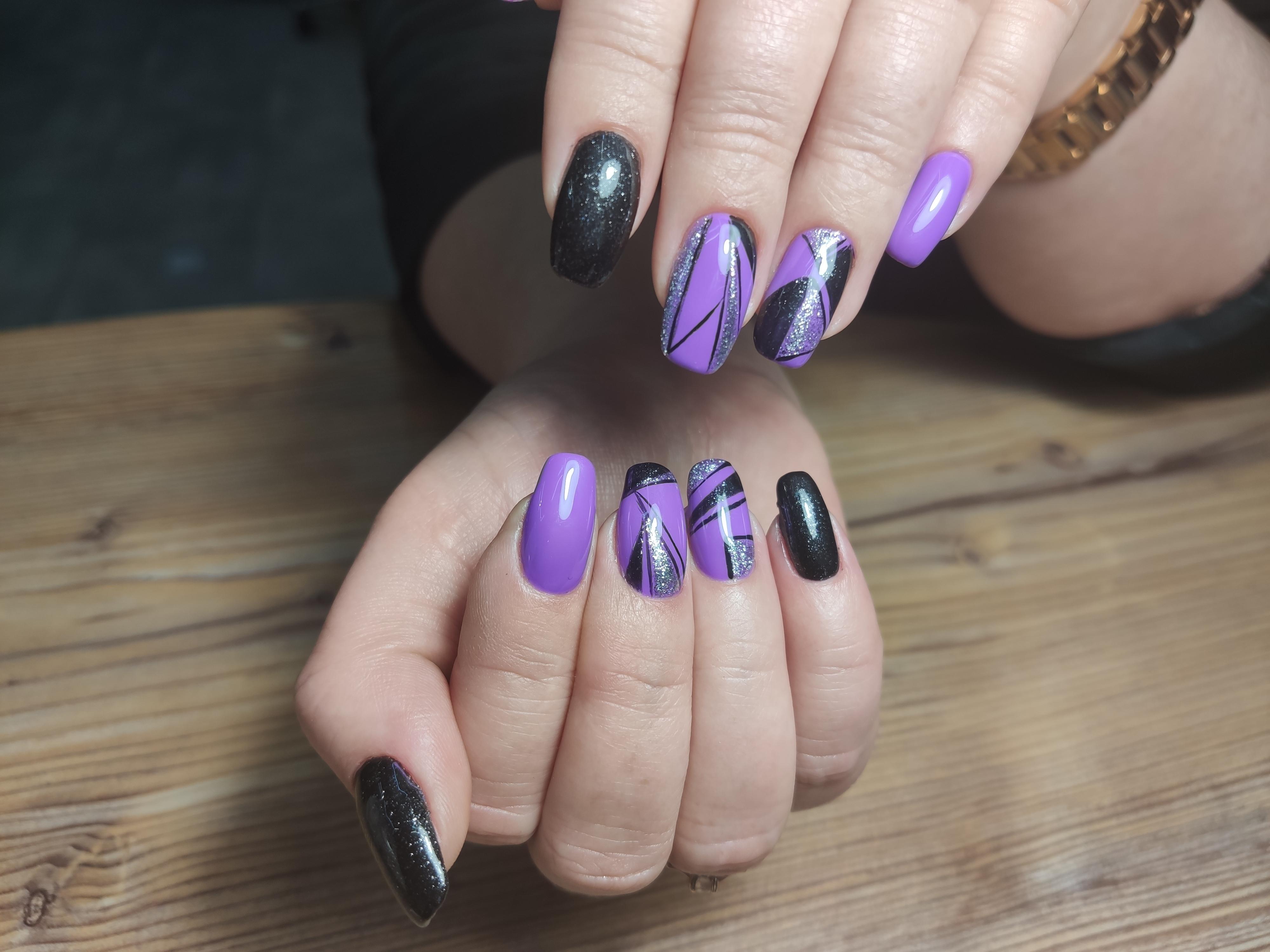 Геометрический маникюр с серебряными блестками в фиолетовом цвете.