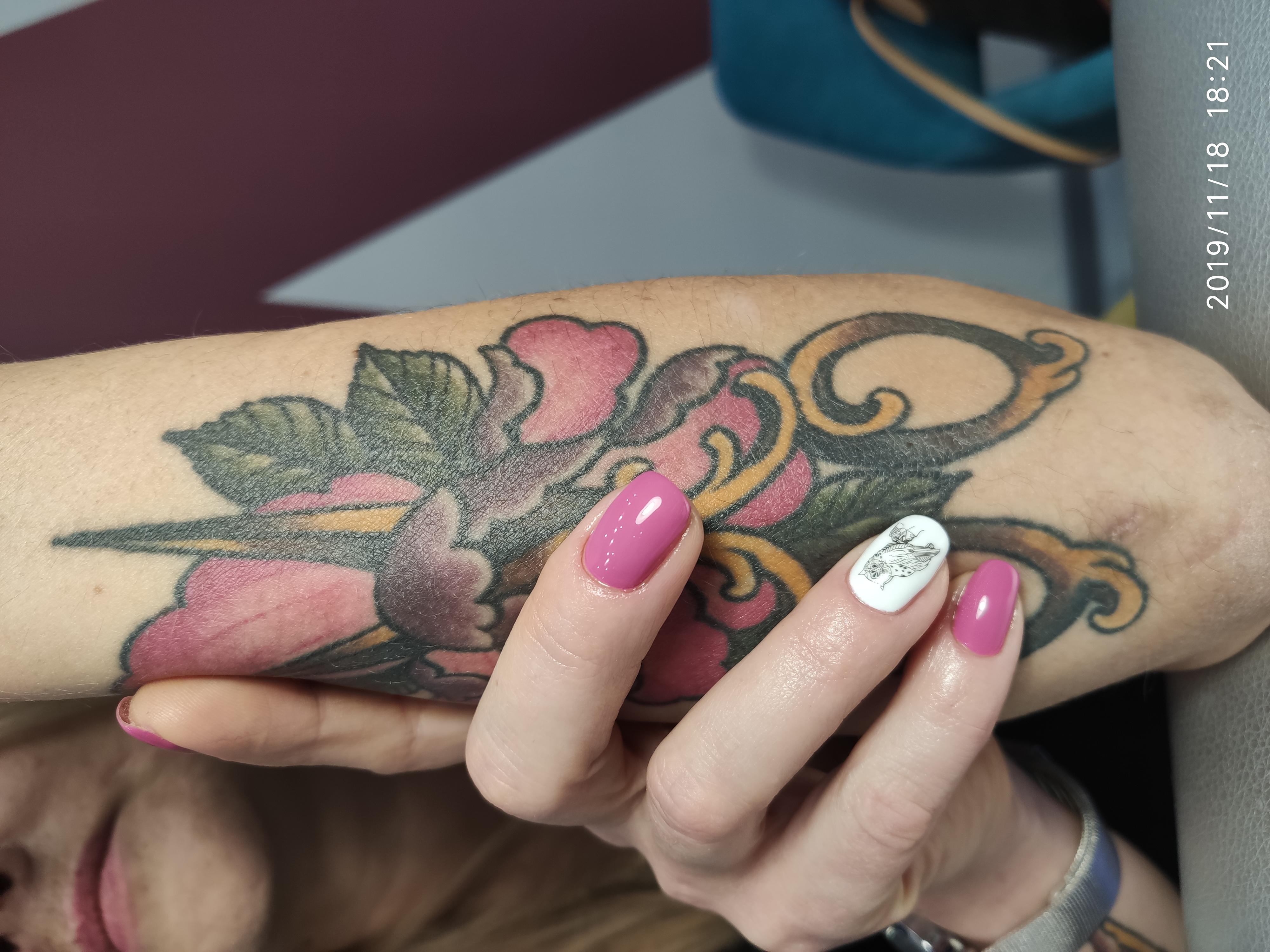 Маникюр с птичкой в лиловом цвете.
