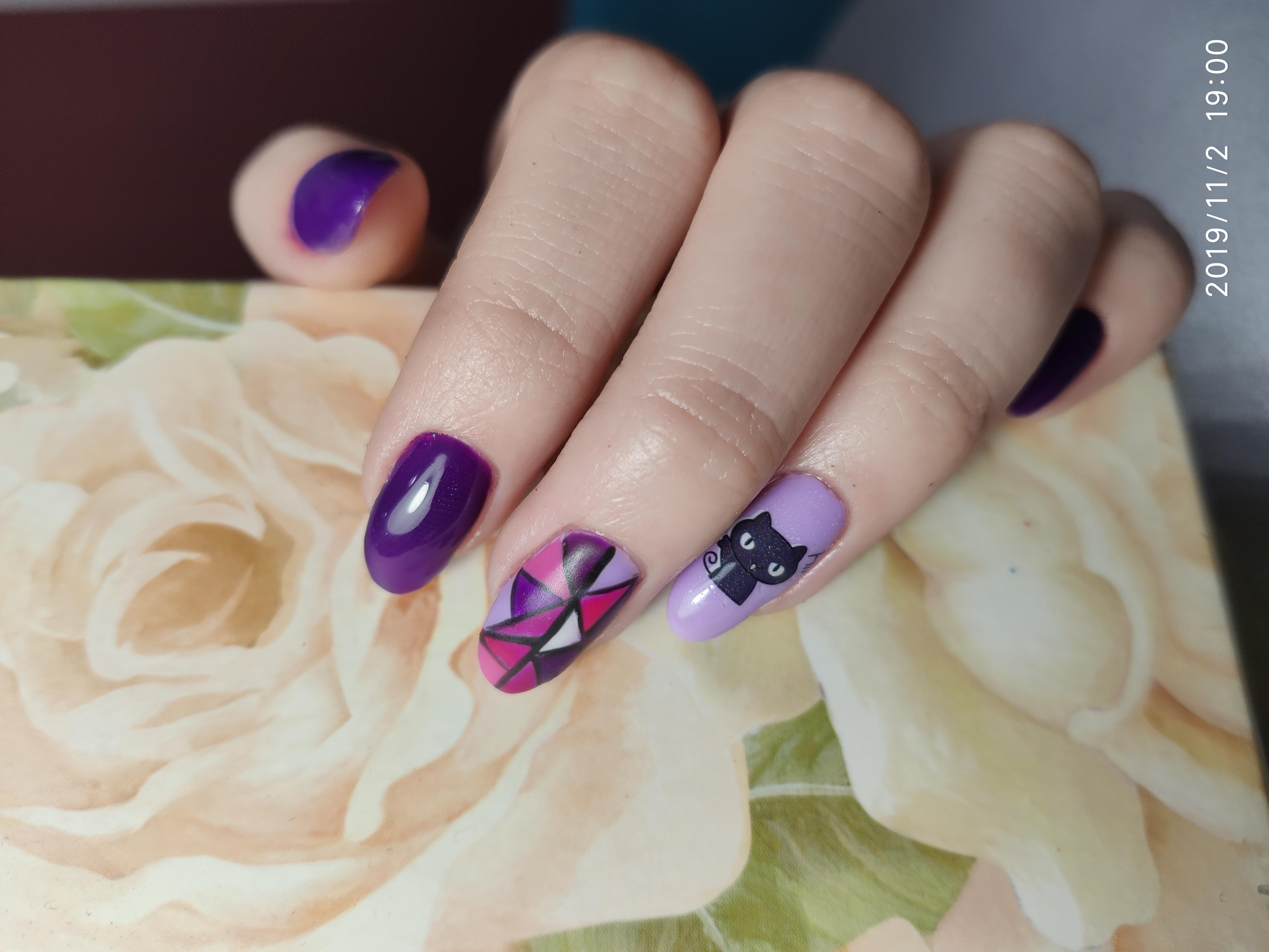 Геометрический маникюр с мультяшной кошкой в фиолетовом цвете.