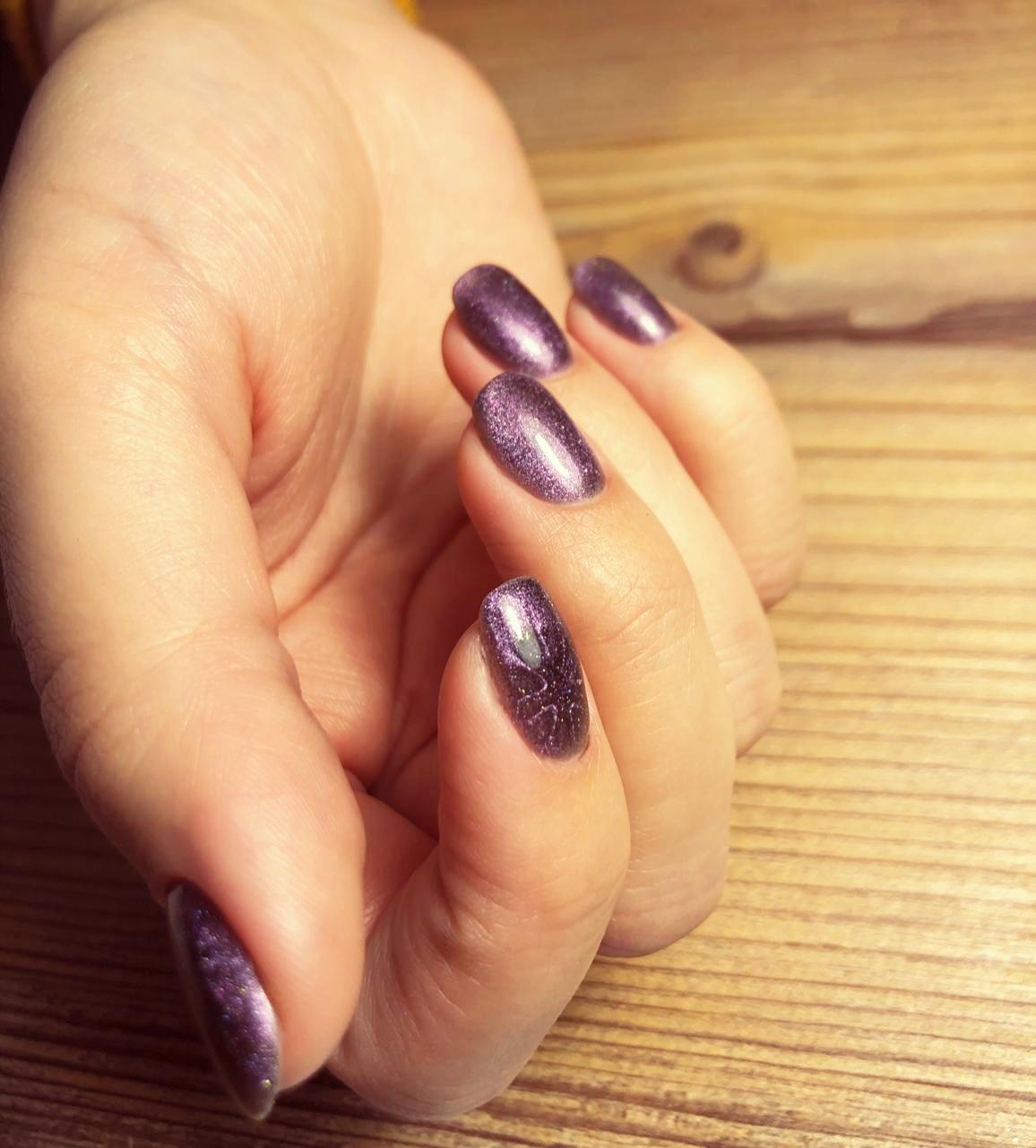 Маникюр с эффектом кошачий глаз в фиолетовом цвете.
