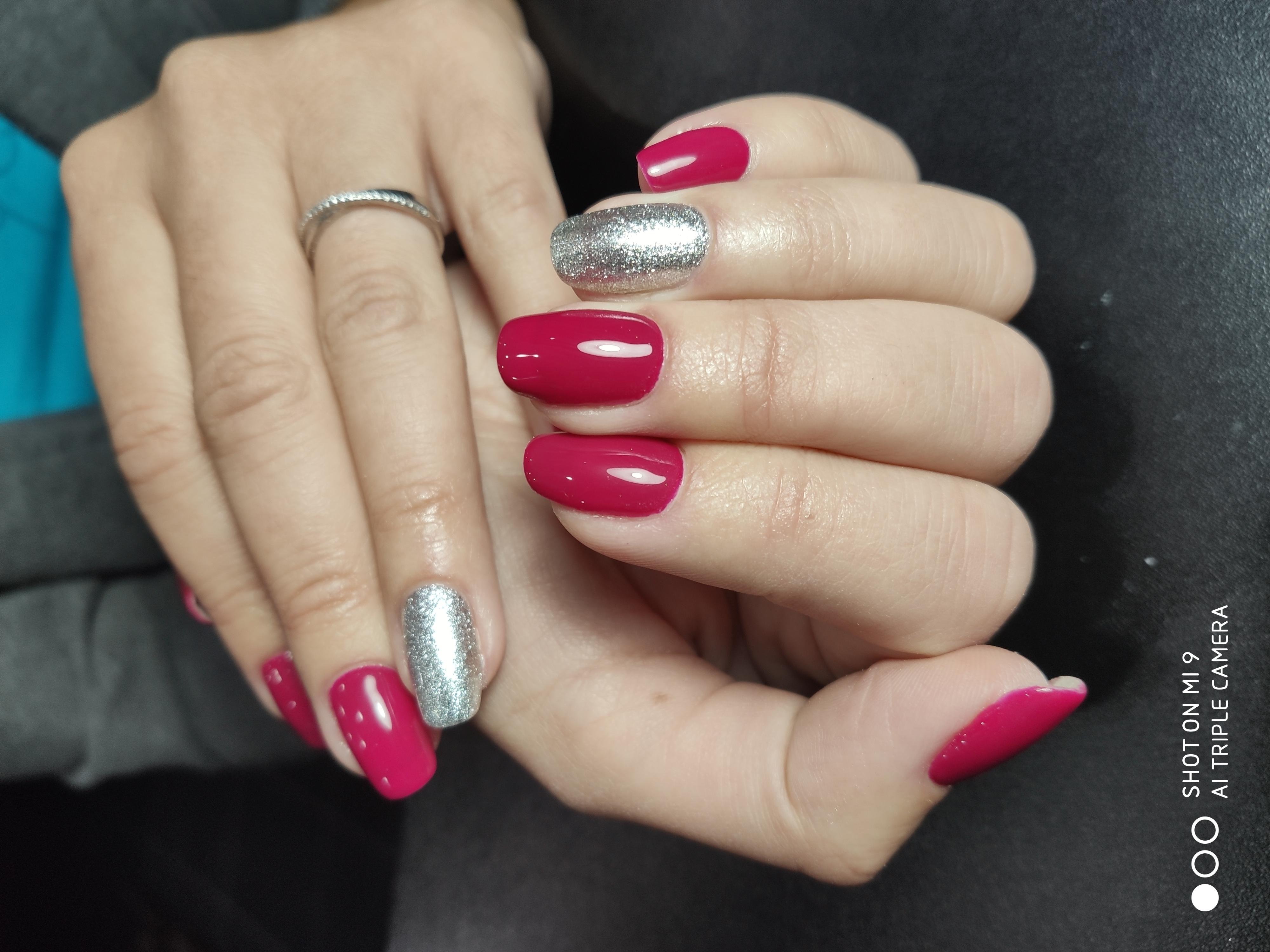 Маникюр с серебряными блестками в бордовом цвете.