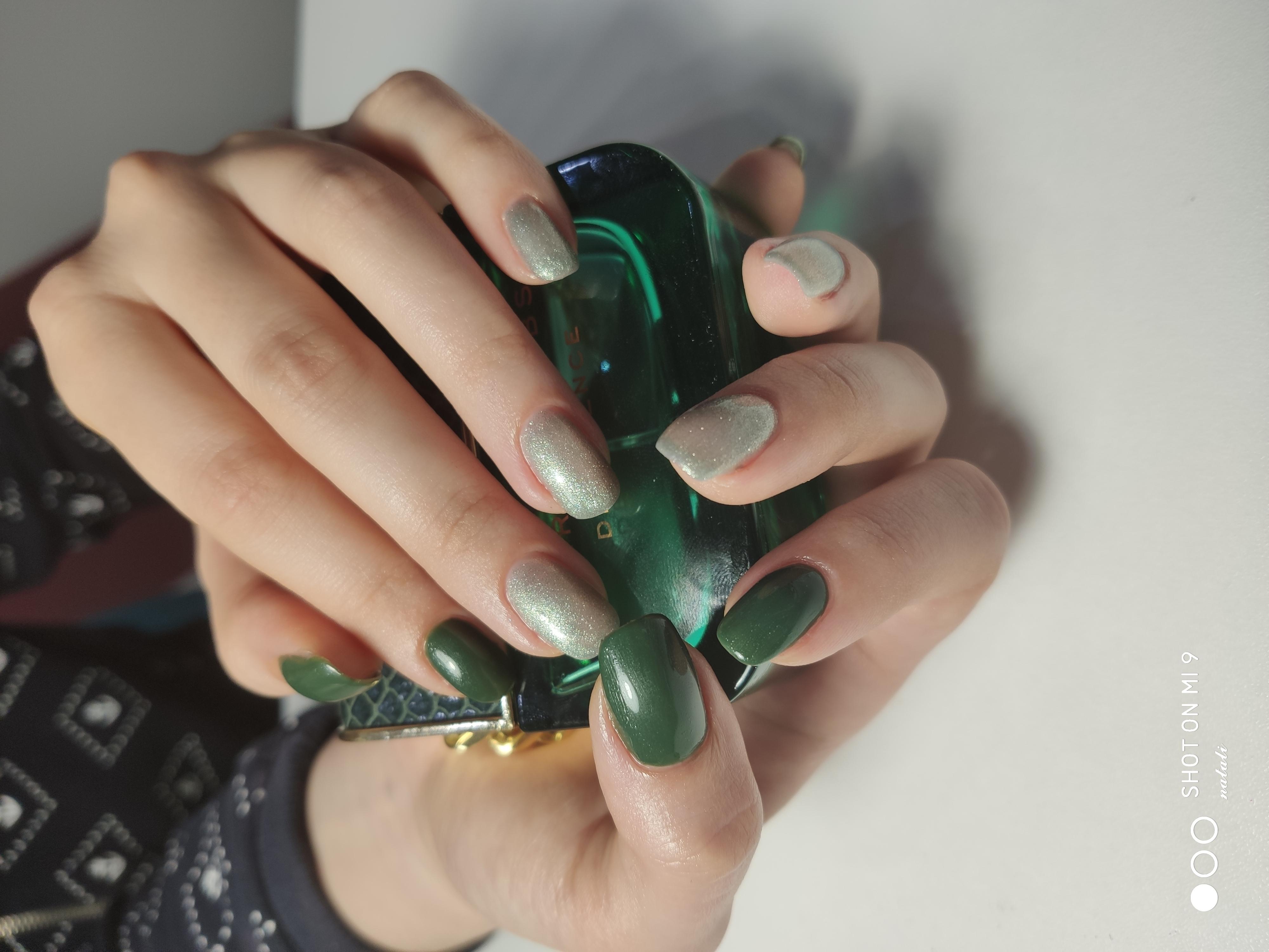 Маникюр с серебряными блестками в зеленом цвете.