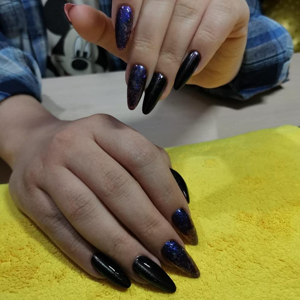Маникюр с кружевным дизайном и фольгой в черном цвете.