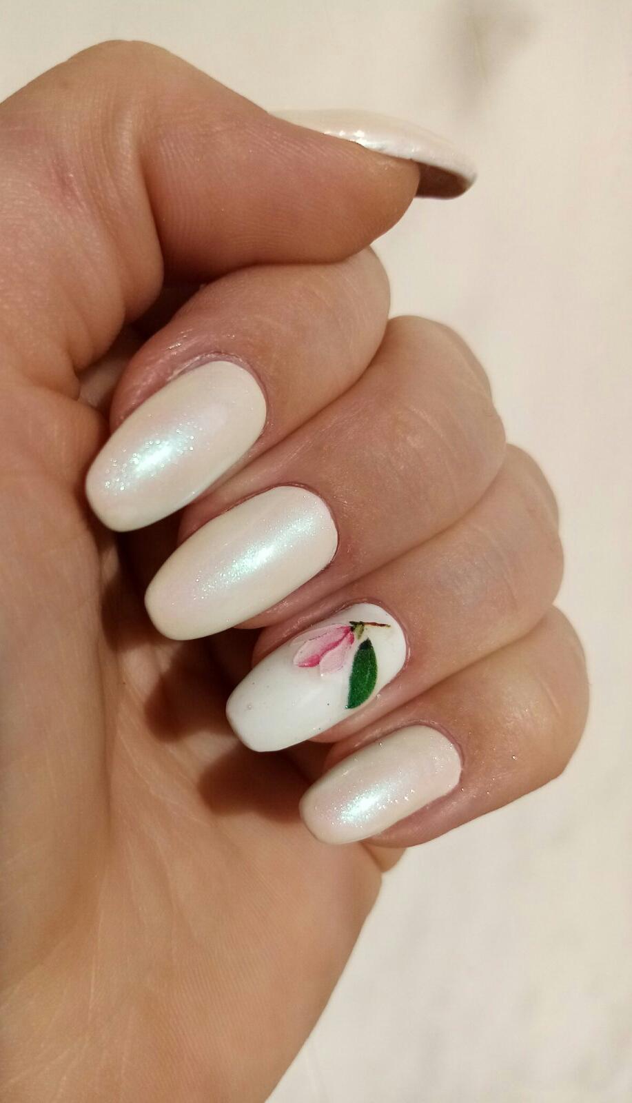 Маникюр с цветочной лепкой и втиркой в молочном цвете на длинные ногти.