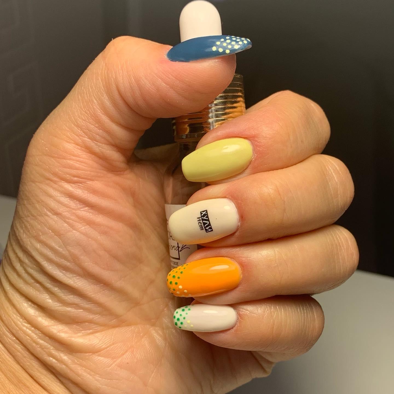 Маникюр с надписями на короткие ногти.