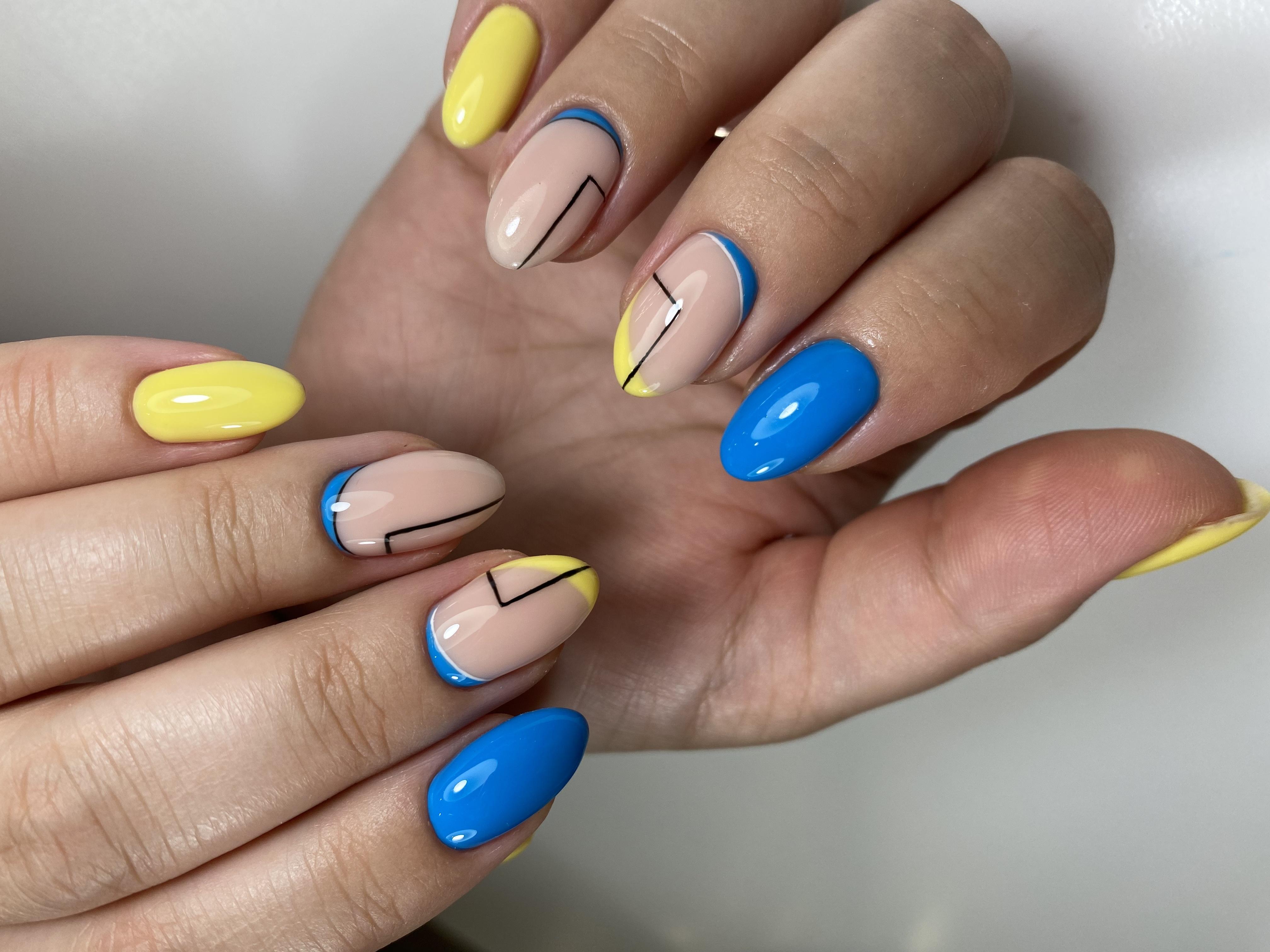 Маникюр с геометрией в трендовом синем и желтом цветах