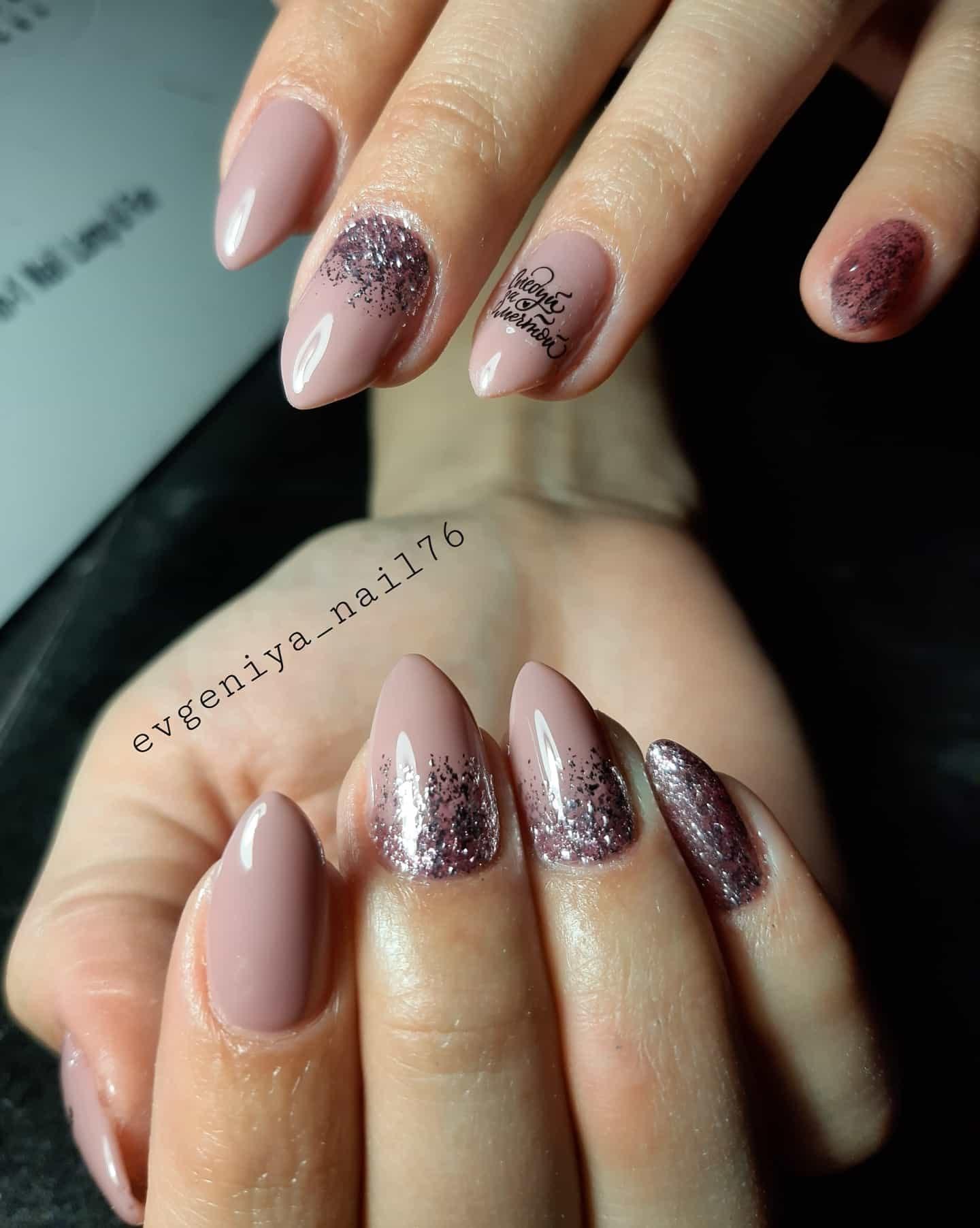 Маникюр с серебряными блестками и надписями в пастельных тонах.
