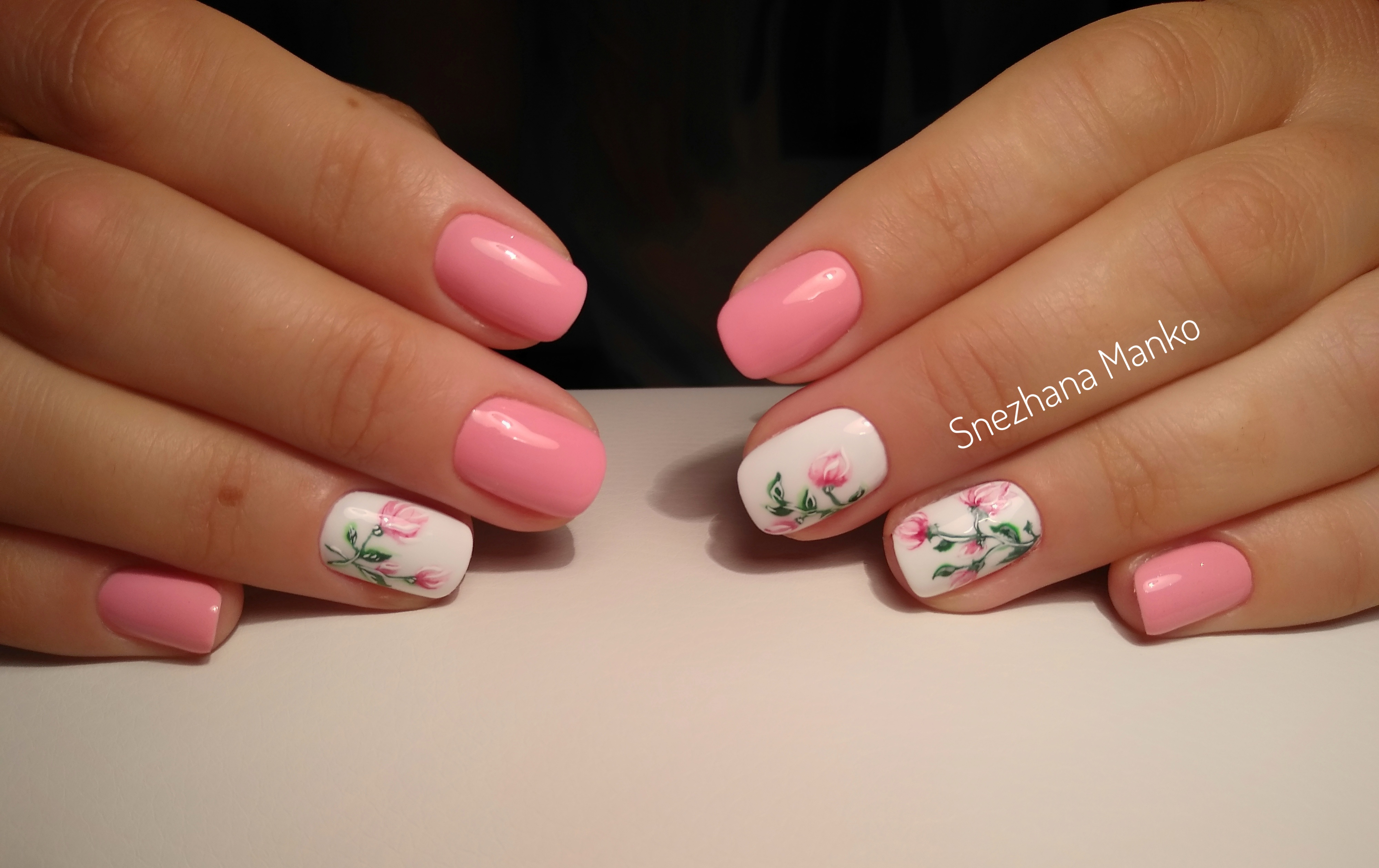 Маникюр в розовом цвете с цветочным рисунком.