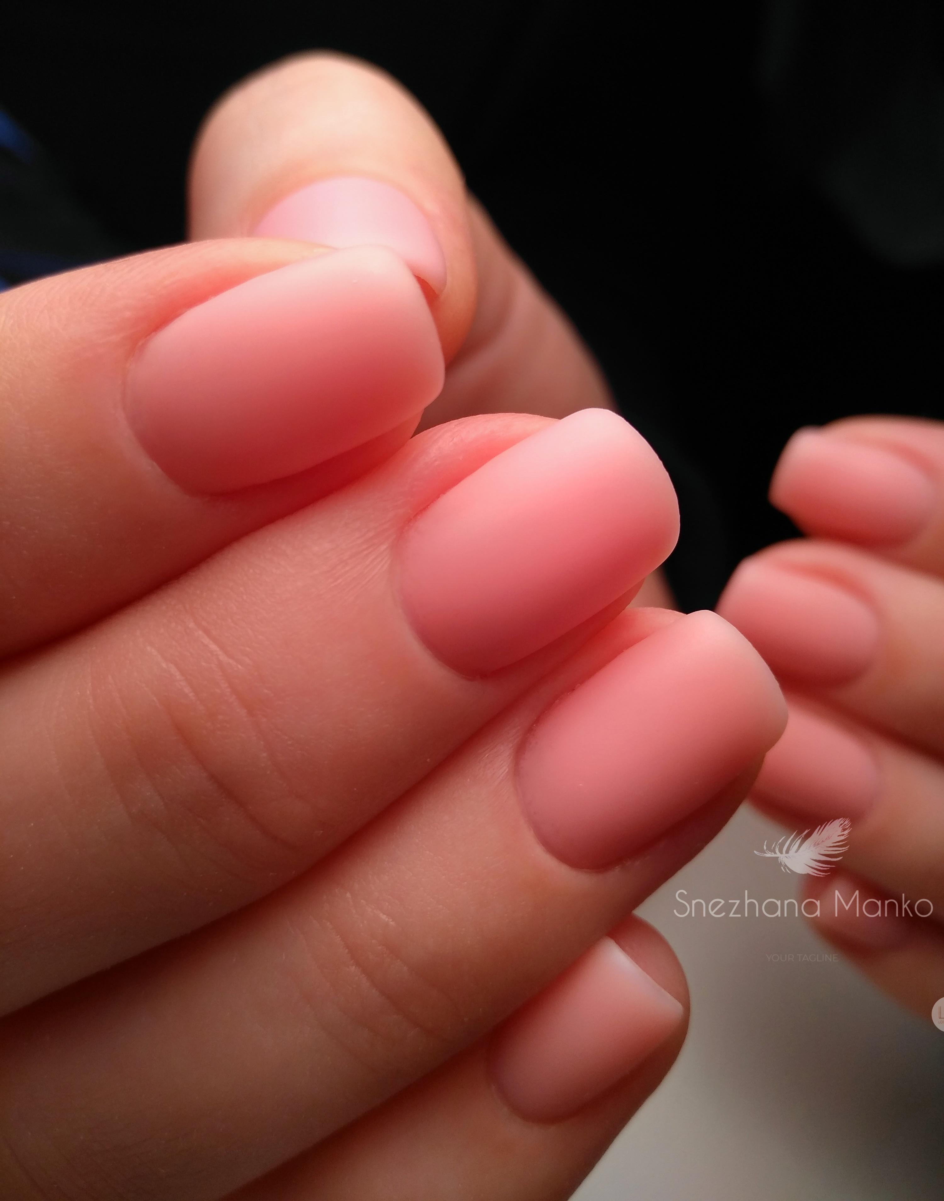 Нюдовый матовый однотонный маникюр на коротких ногтях.