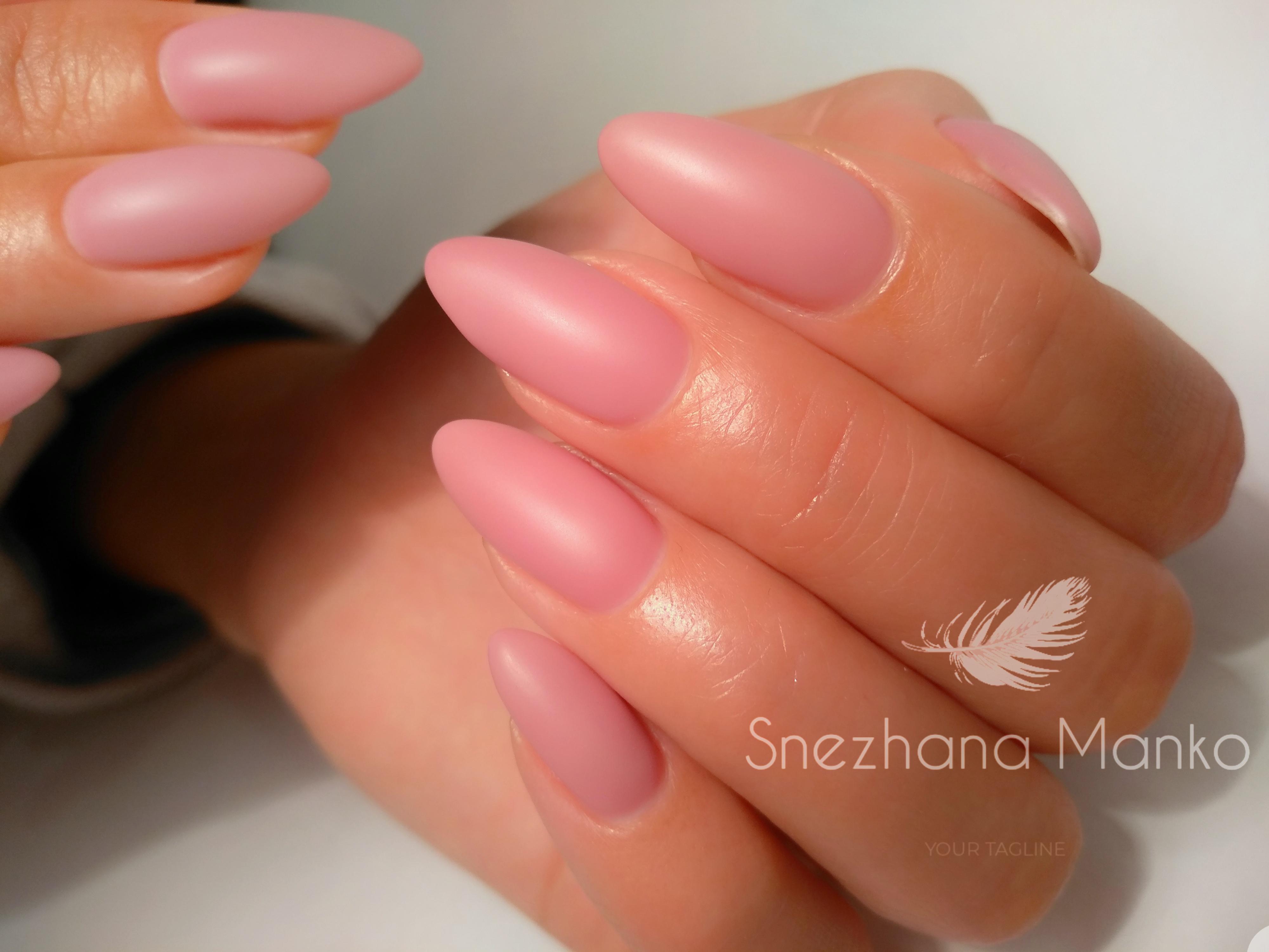 Матовый однотонный маникюр в розовом цвете на длинных ногтях.