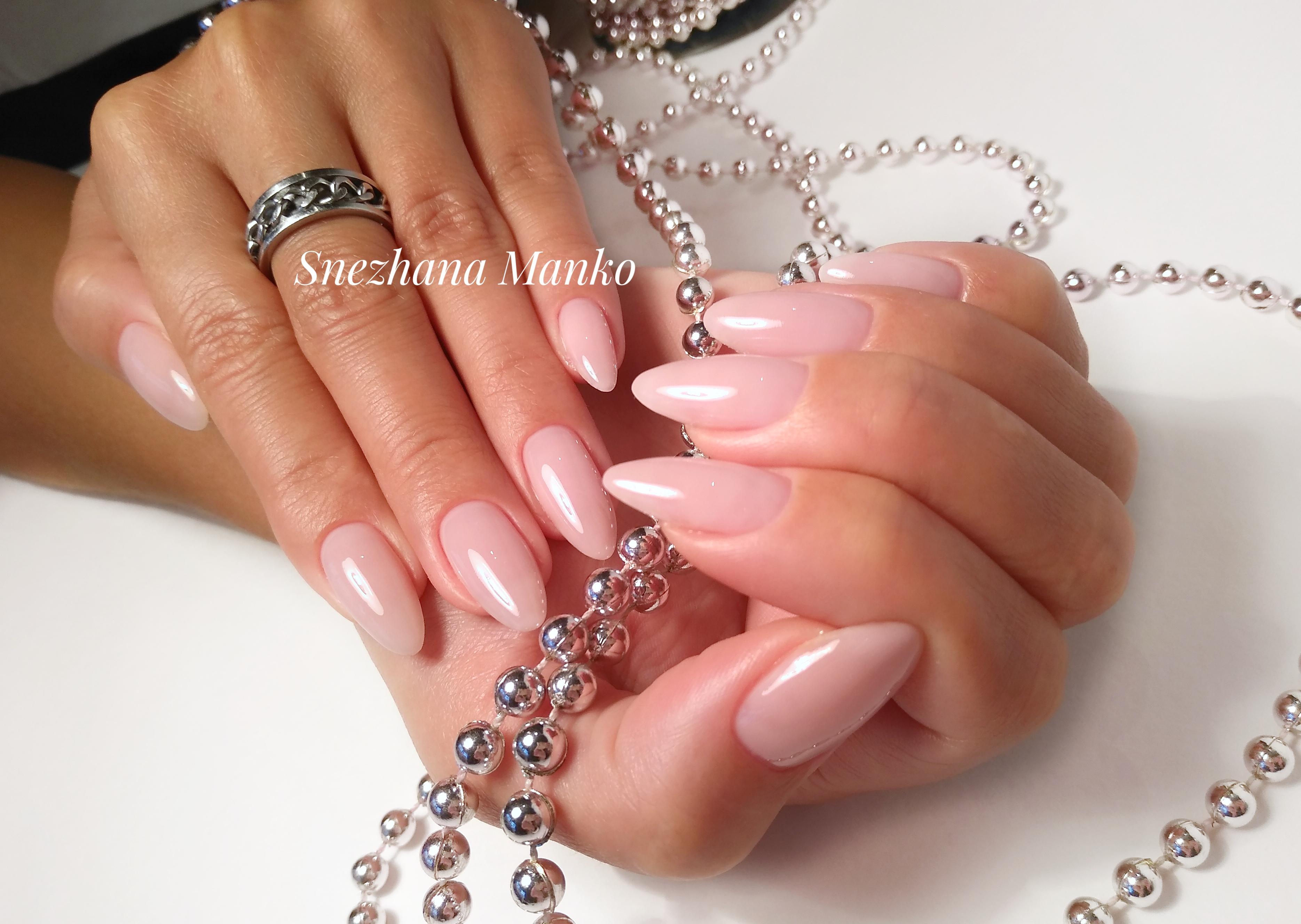 Однотонный маникюр в розовом цвете на длинных ногтях.