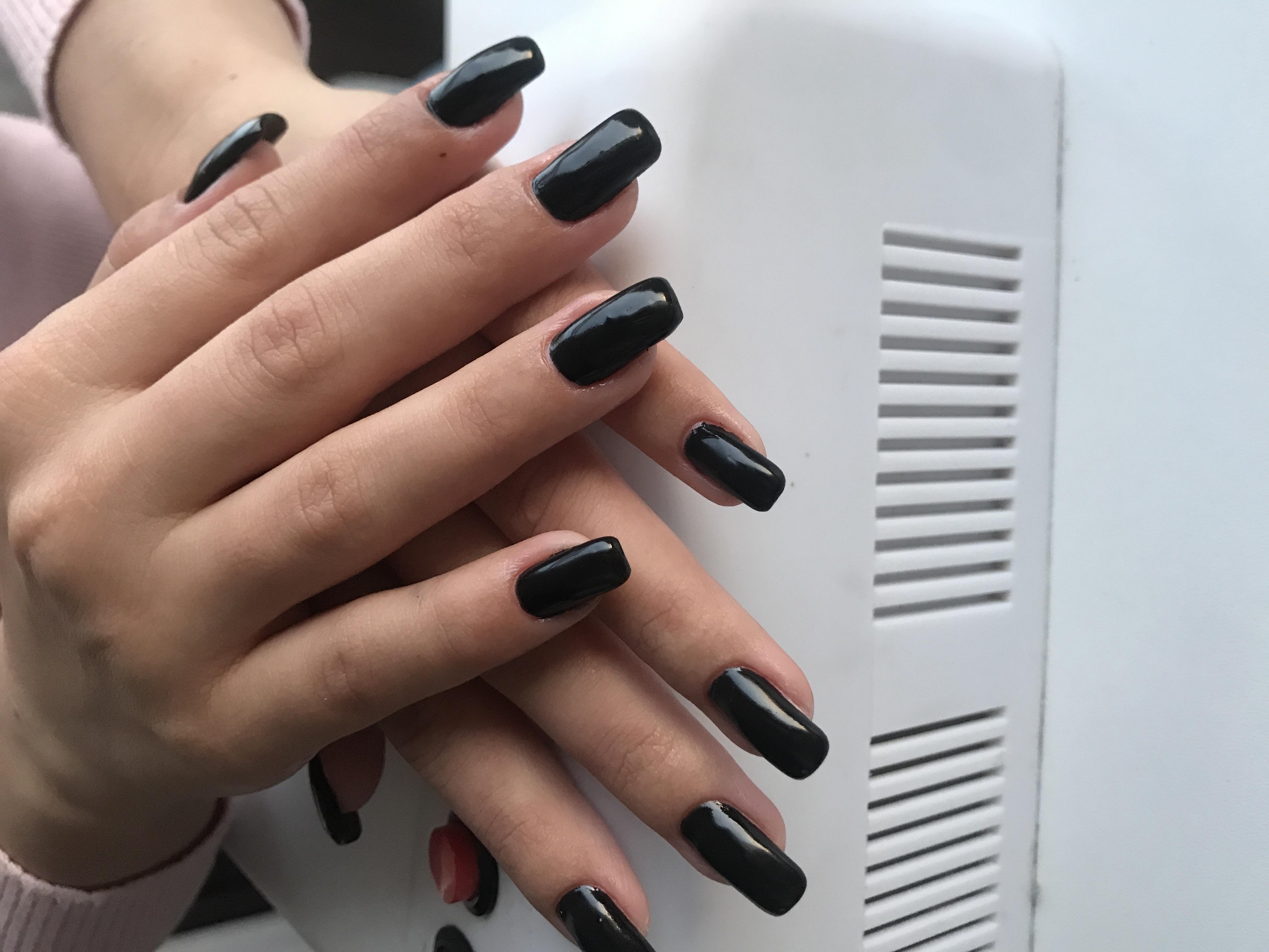 Маникюр в черном цвете на длинные ногти.