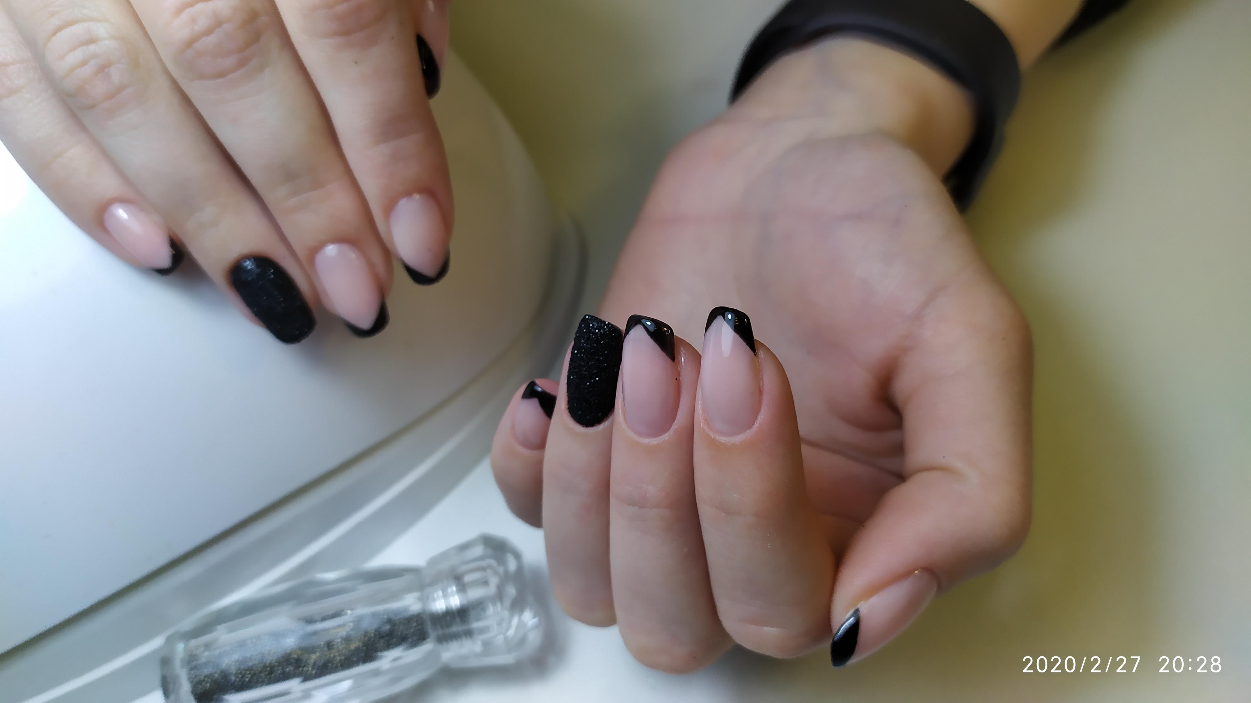 Френч с песочным дизайном в черном цвете.