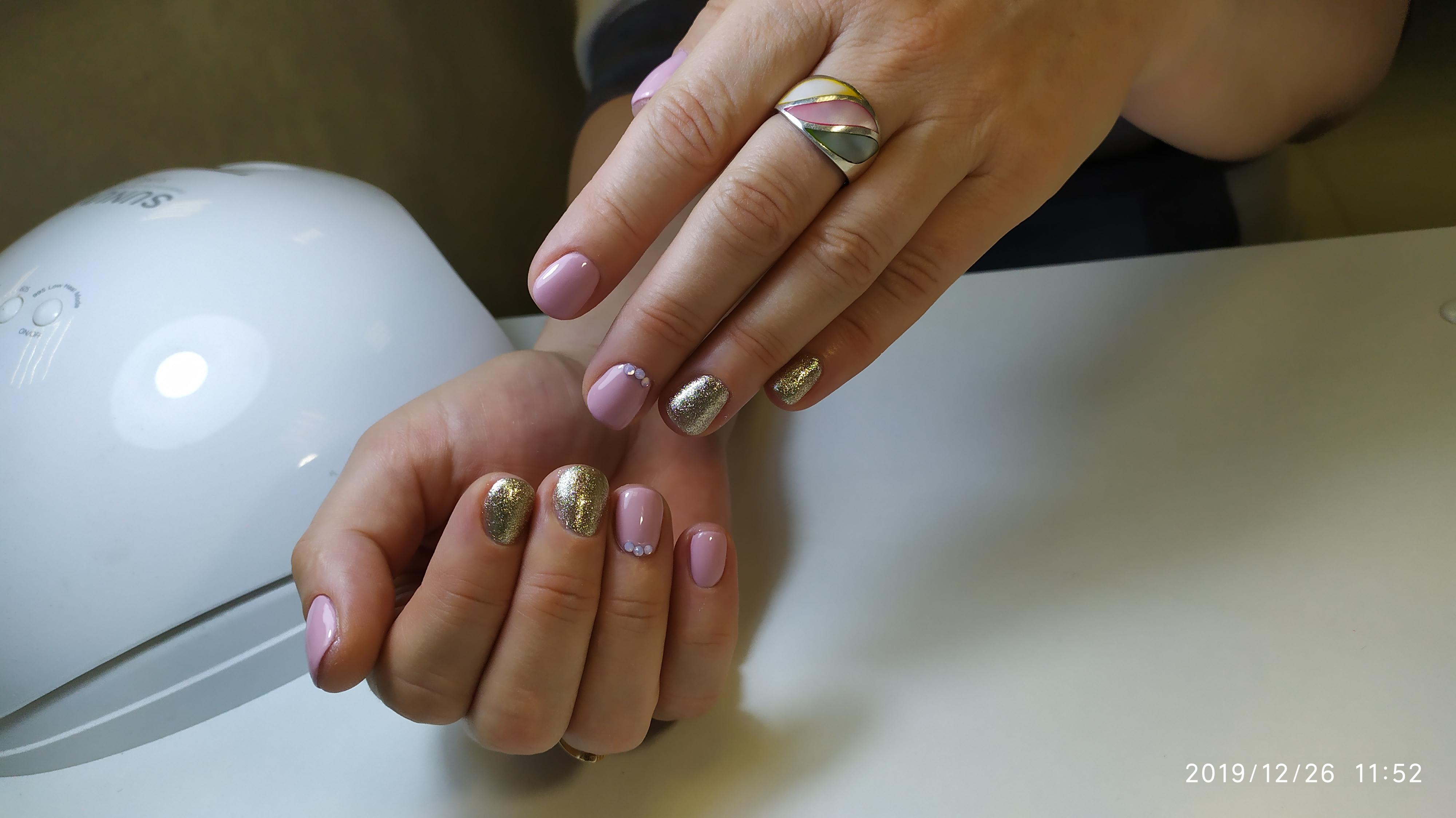 Маникюр с золотыми блестками в розовом цвете.
