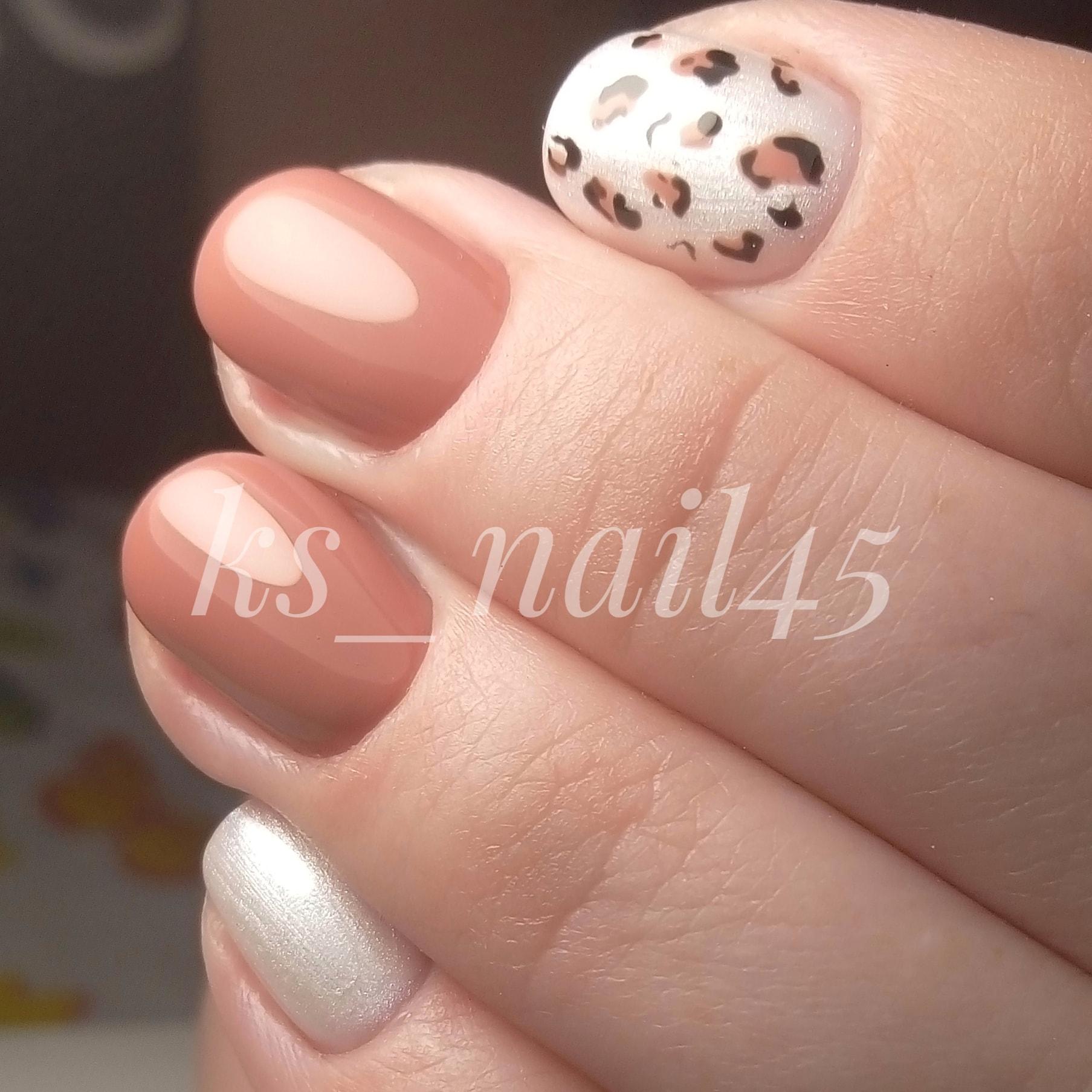 Маникюр с леопардовым принтом и серебряными блестками в коричневом цвете на короткие ногти.