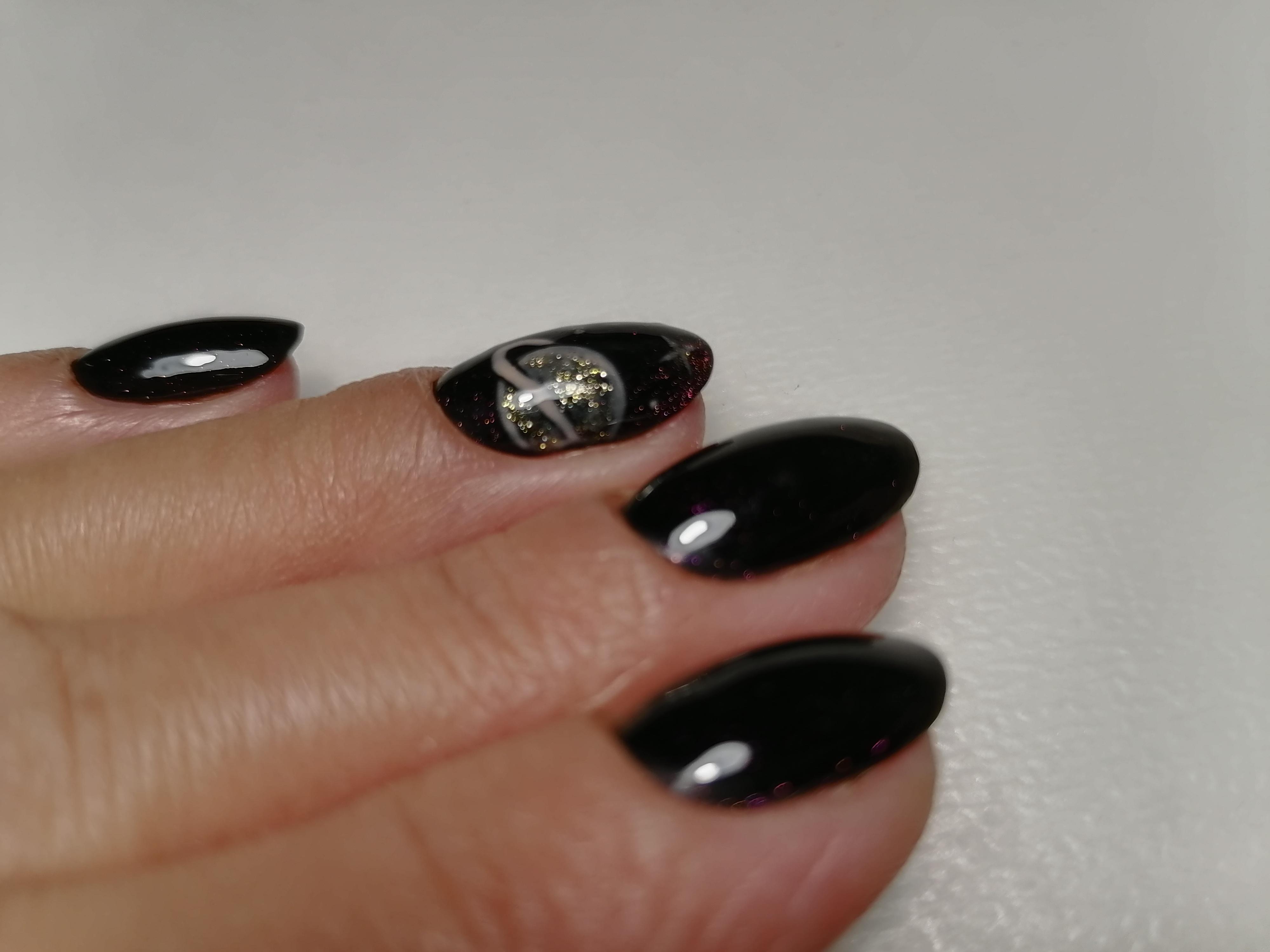 Маникюр с космическим рисунком в черном цвете на короткие ногти.