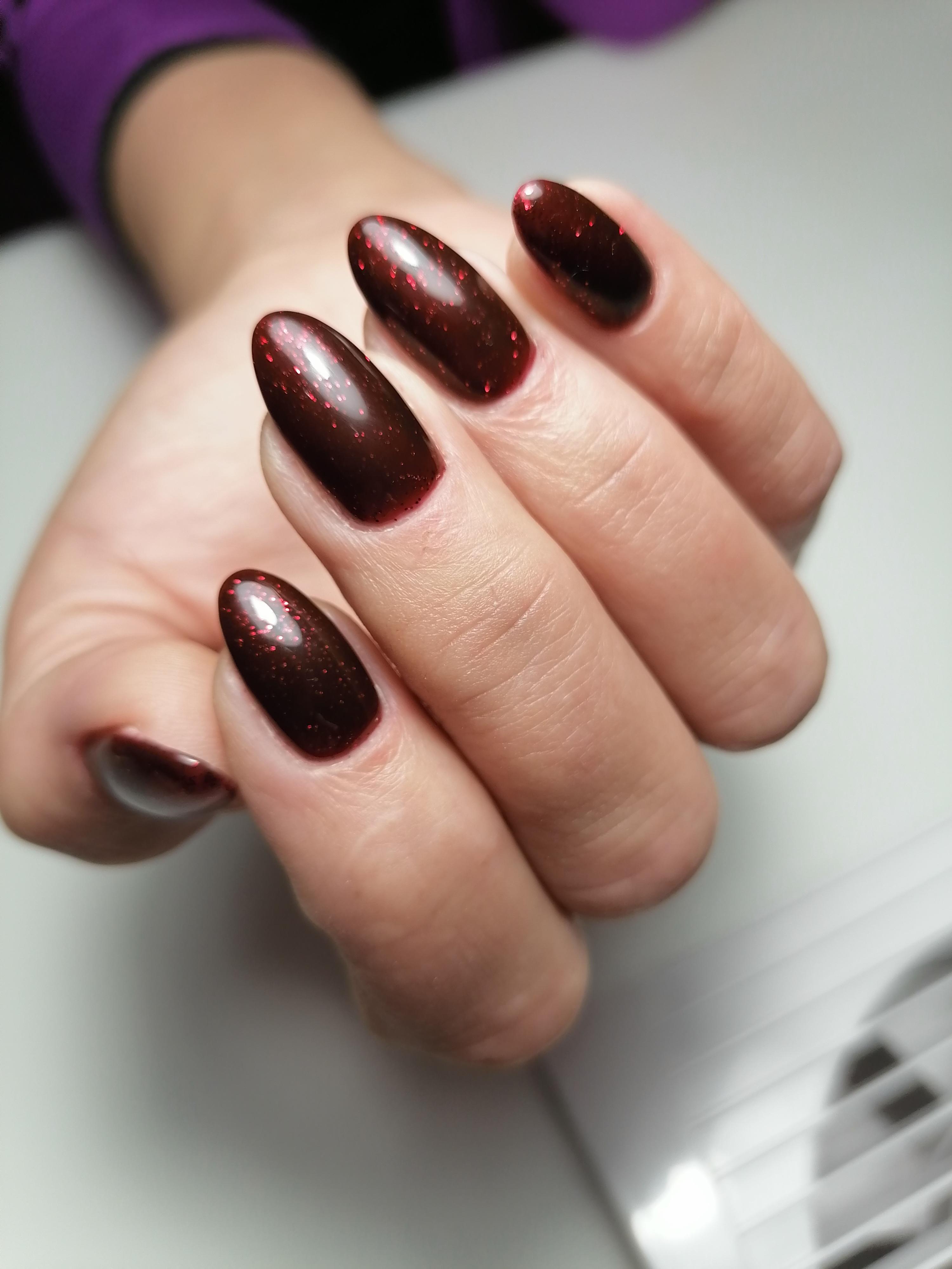Маникюр с блестками в темно-красном цвете на длинные ногти.