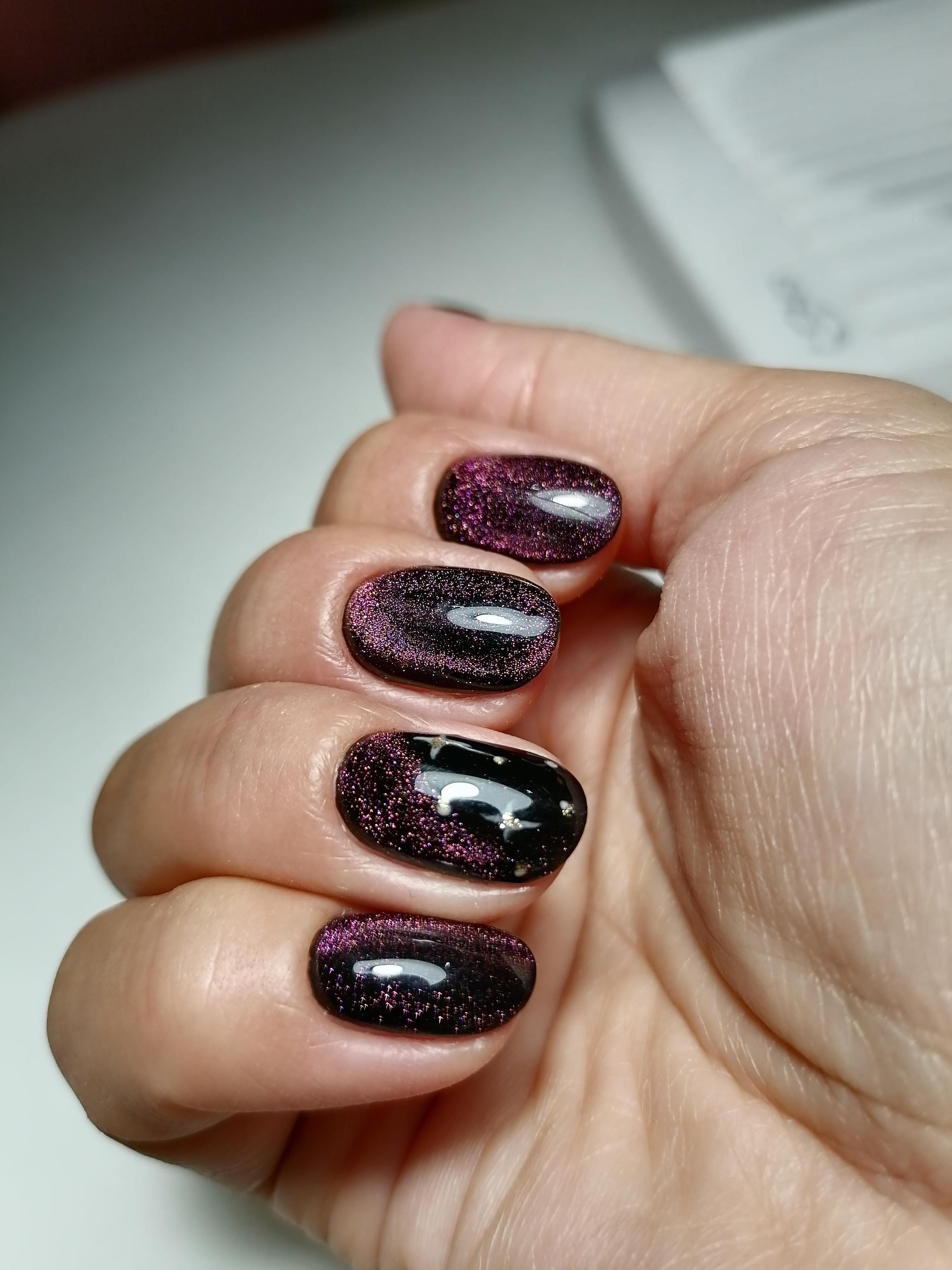 Маникюр с эффектом кошачий глаз в черном цвете на короткие ногти.