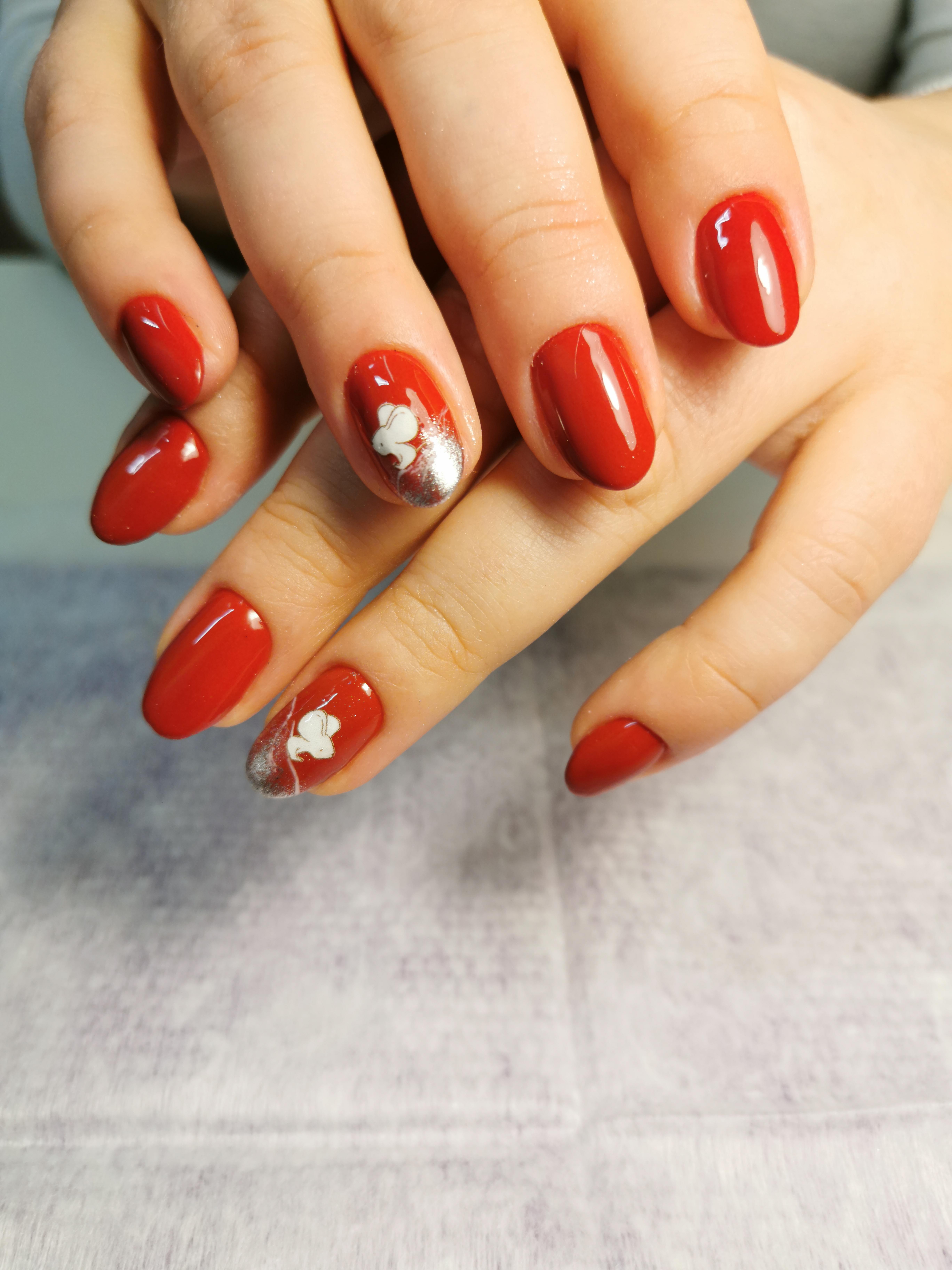 Маникюр с мышкой в бордовом цвете на короткие ногти.