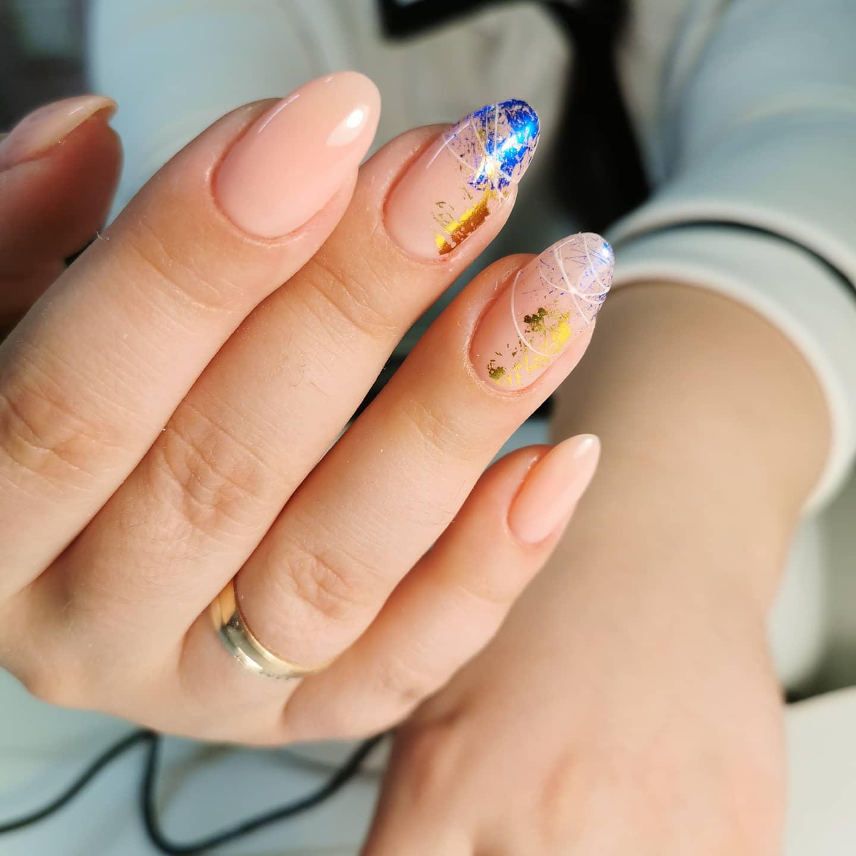 Нюдовый маникюр с цветной фольгой и паутинкой на длинные ногти.