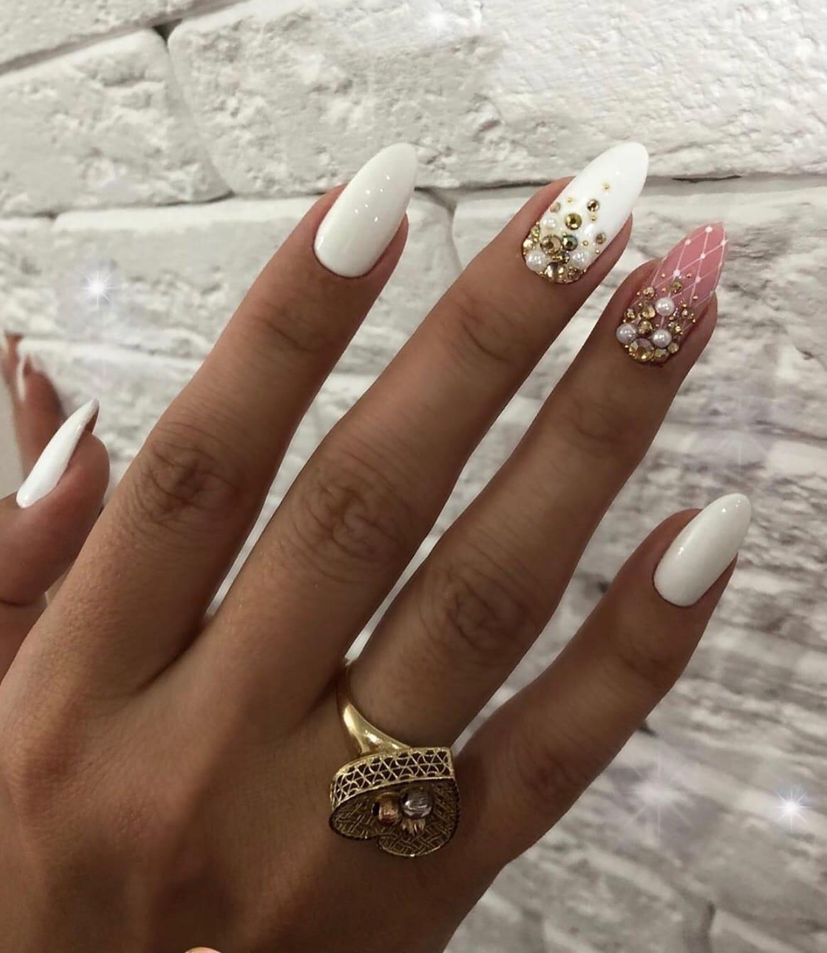 Маникюр со стразами в белом цвете на длинные ногти.