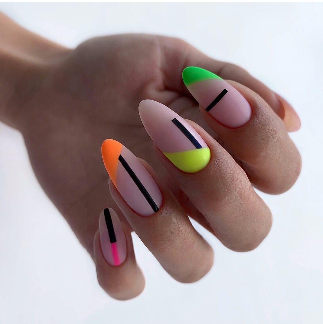 Геометрический матовый маникюр на длинные ногти.