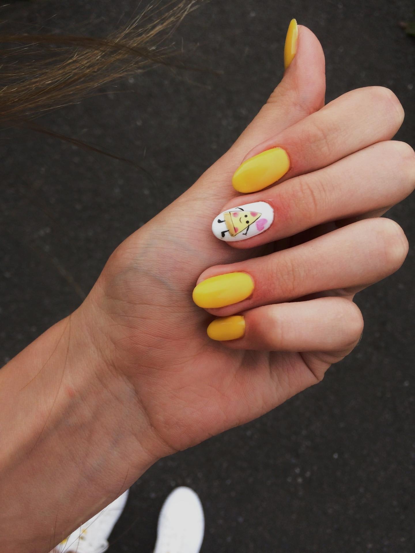 Матовый маникюр с рисунком в желтом цвете на короткие ногти.