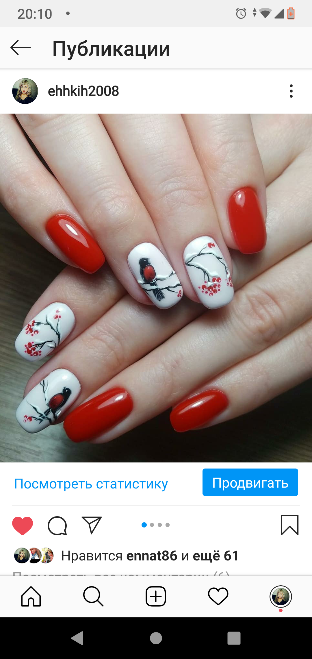 Зимний маникюр со снегирями в красном цвете на короткие ногти.